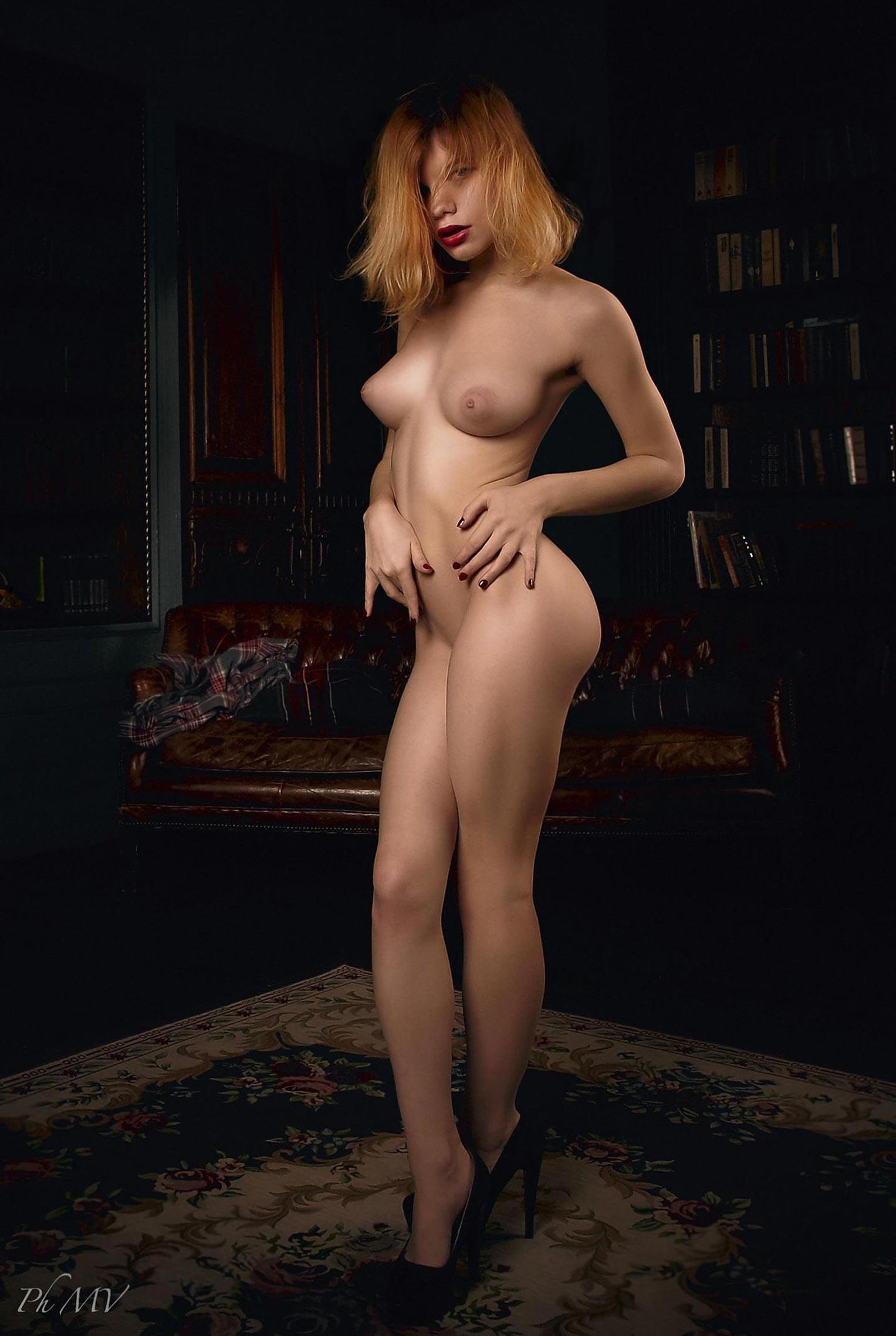 голая Мария Зайцева в старом профессорском доме / фото 11