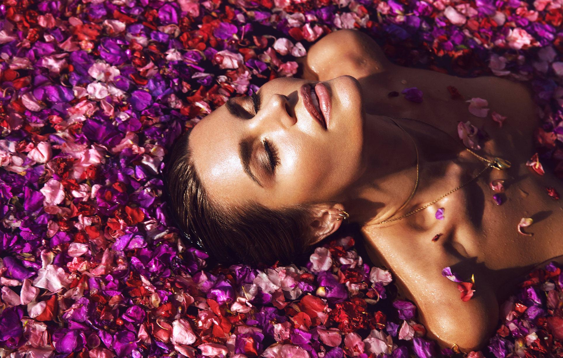 Сексуальная голая девушка в бассейне, заполненном лепестками роз в отеле с шикарным видом на острове Бали / фото 04