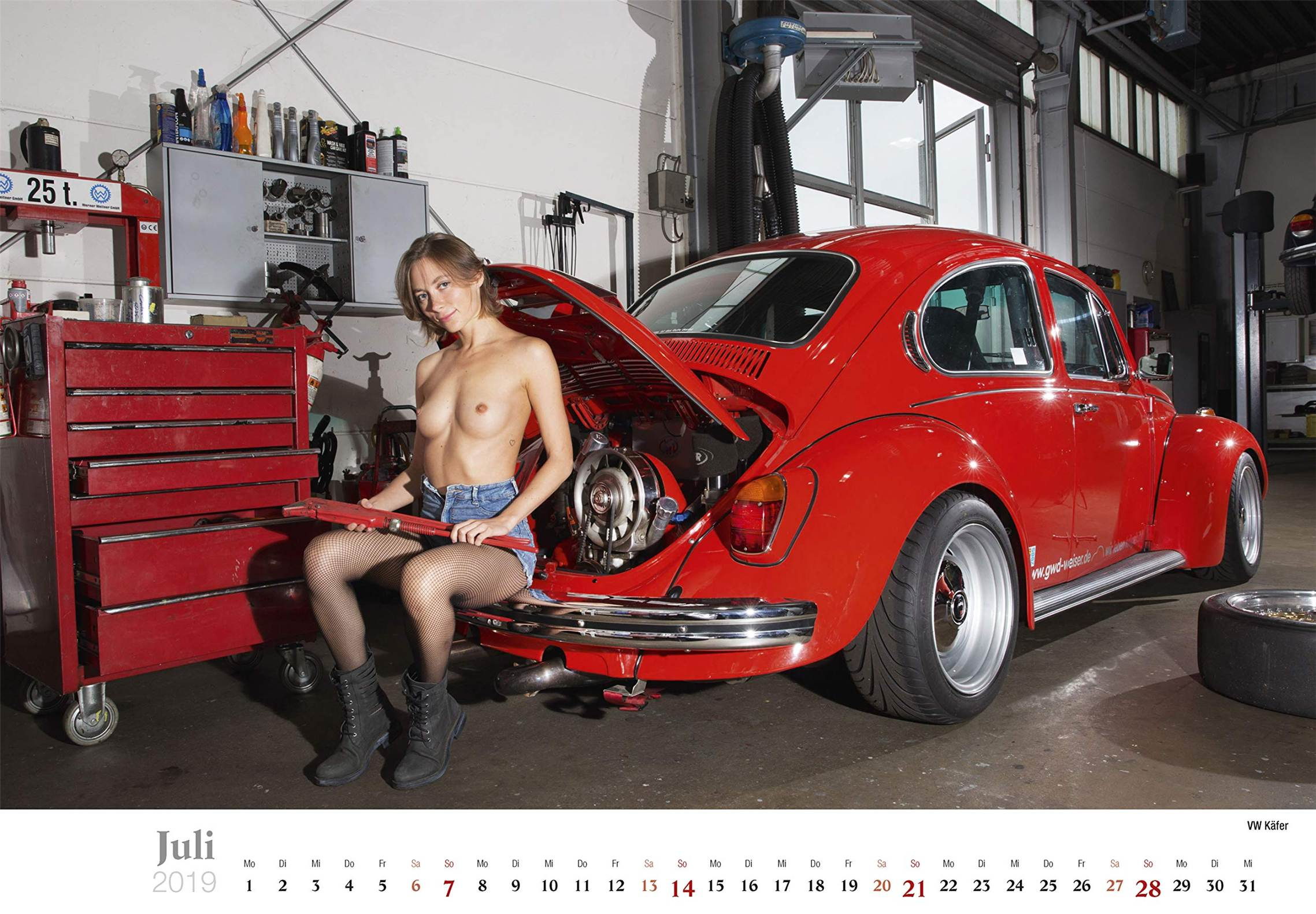 Сексуальные девушки ремонтируют автомобили / VW Kafer / Schraubertraume / 2019 erotic calendar by Frank Lutzeback