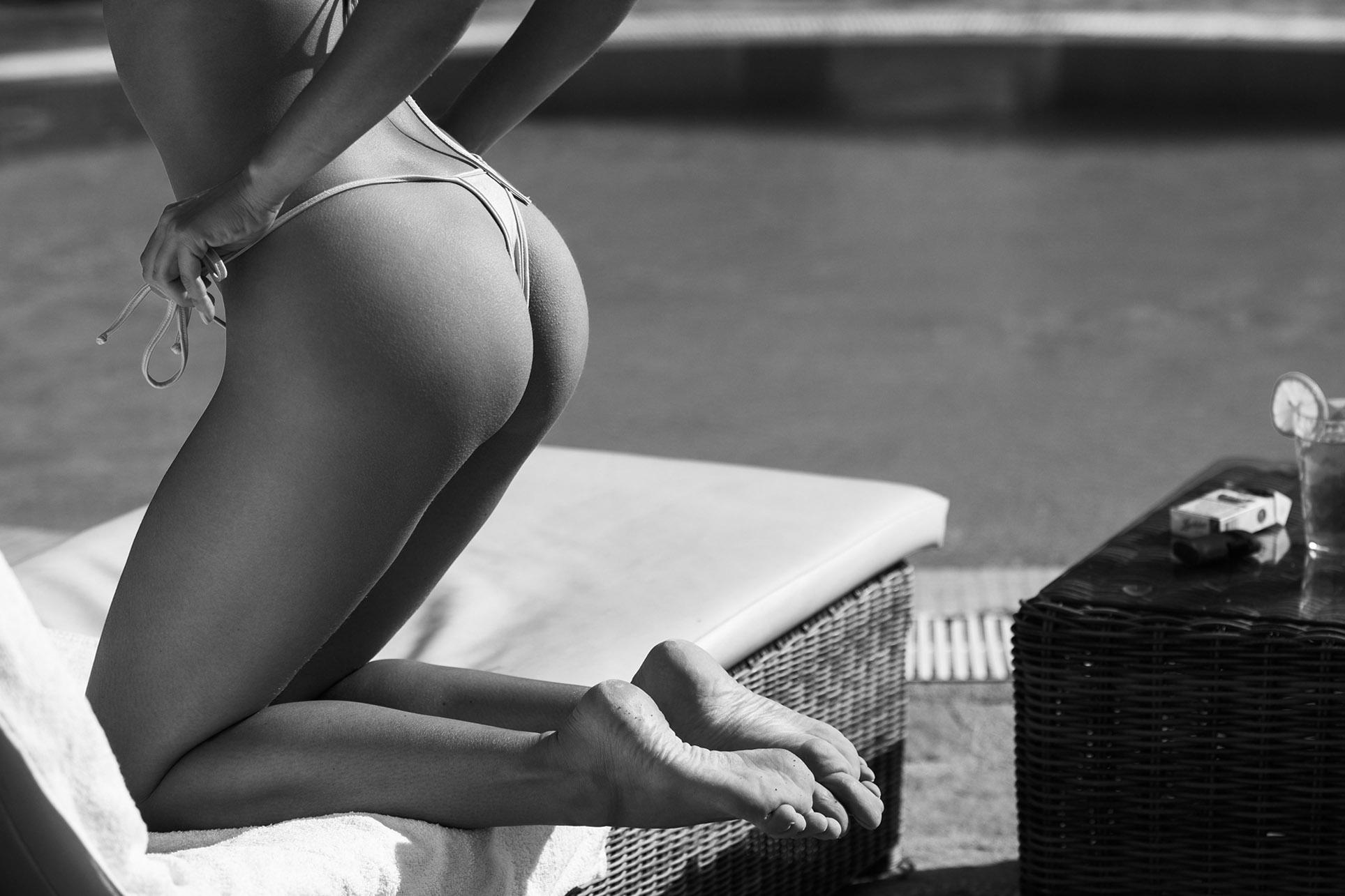 сексуальная обнаженная девушка отдыхает у бассейна / фото 10