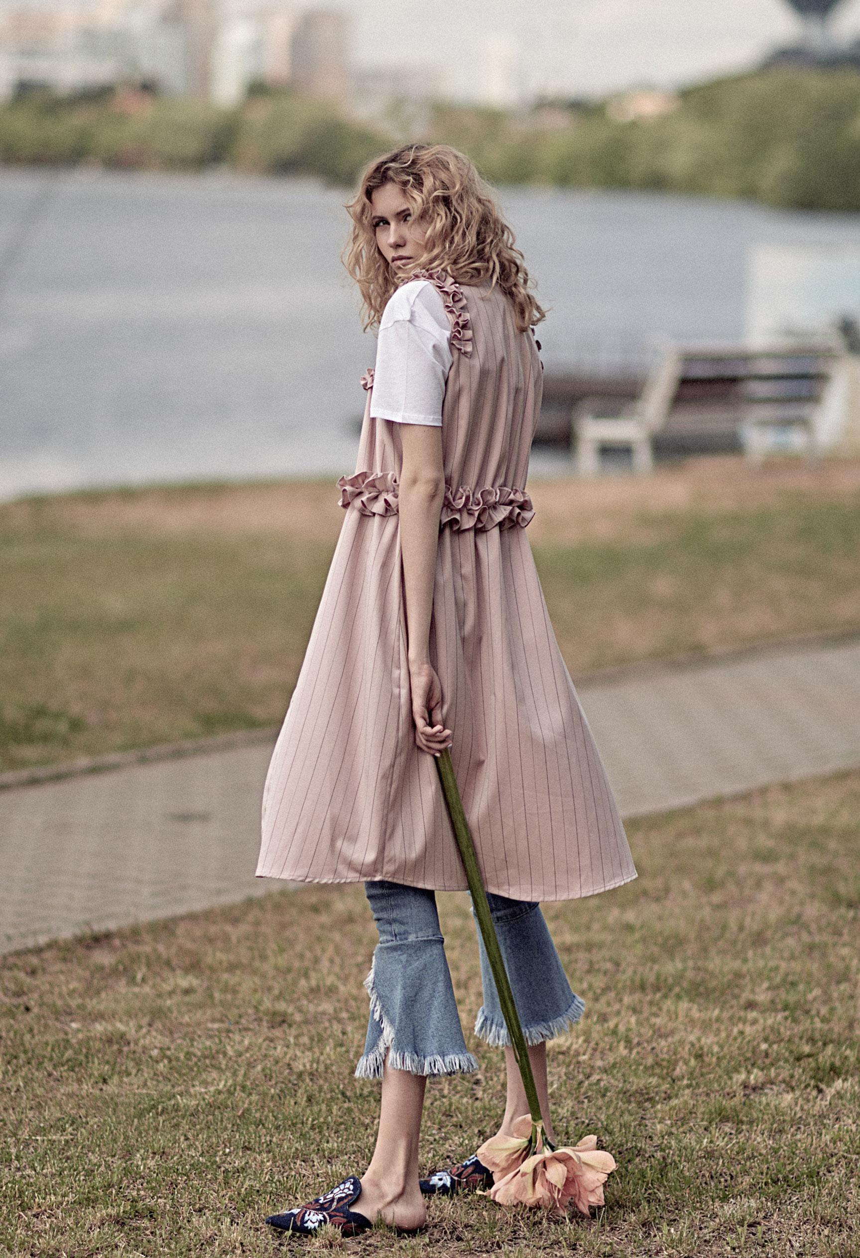 модель Алена Сальникова демонстрирует модную одежду / фото 03