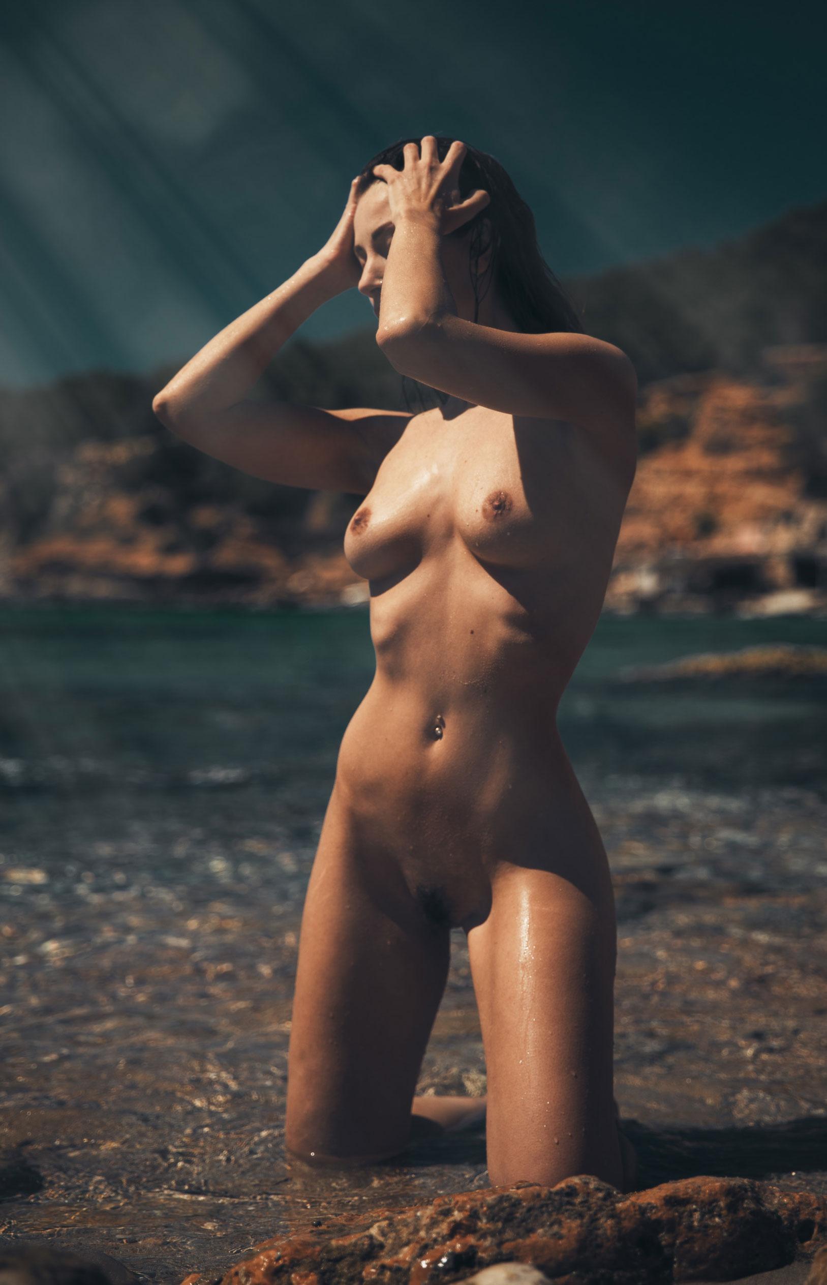 голая девушка на диком пляже на Ибице / фото 11