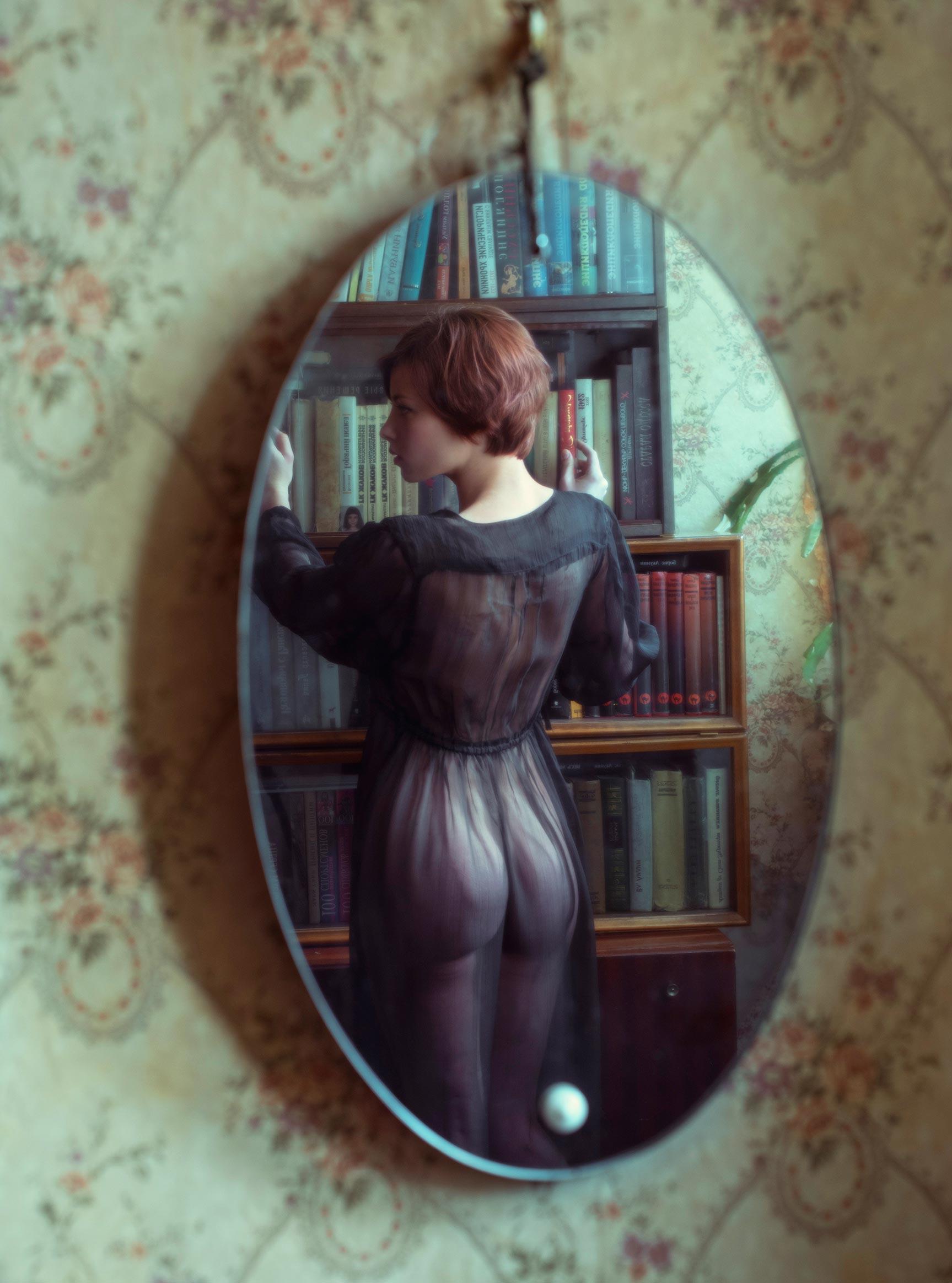 Сексуальная фотомодель Sophie la Sage в интерьерах старой советской квартиры / фото 08