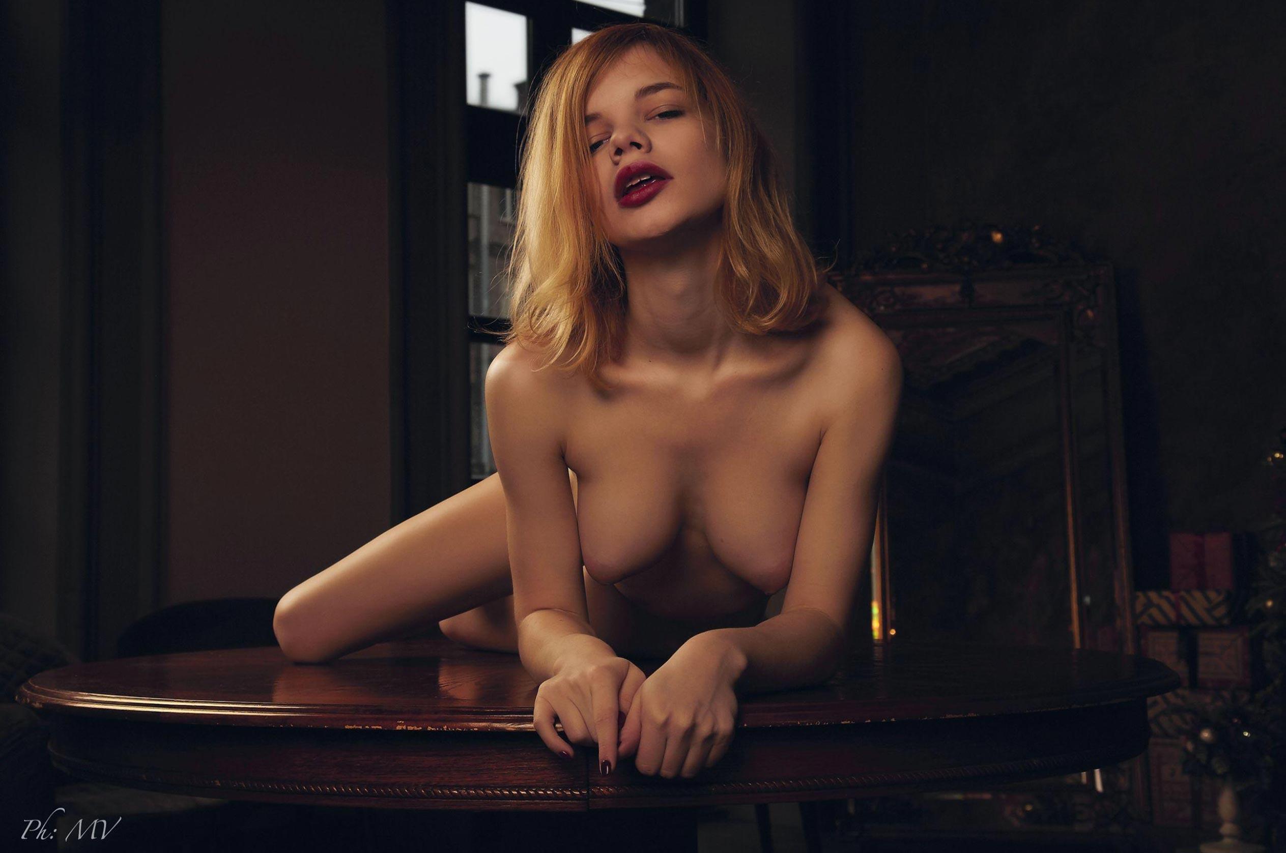 голая Мария Зайцева в старом профессорском доме / фото 14