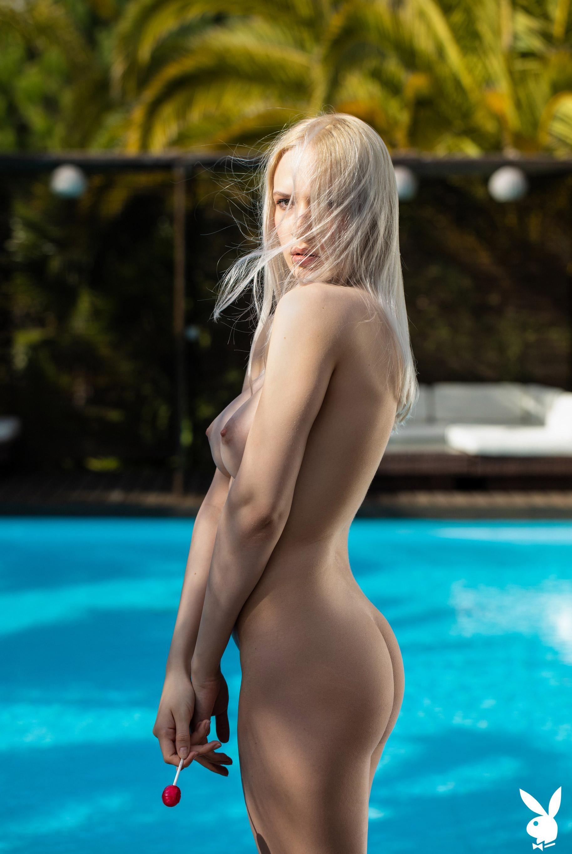 Голая Моника отдыхает у бассейна в тропиках / фото 11