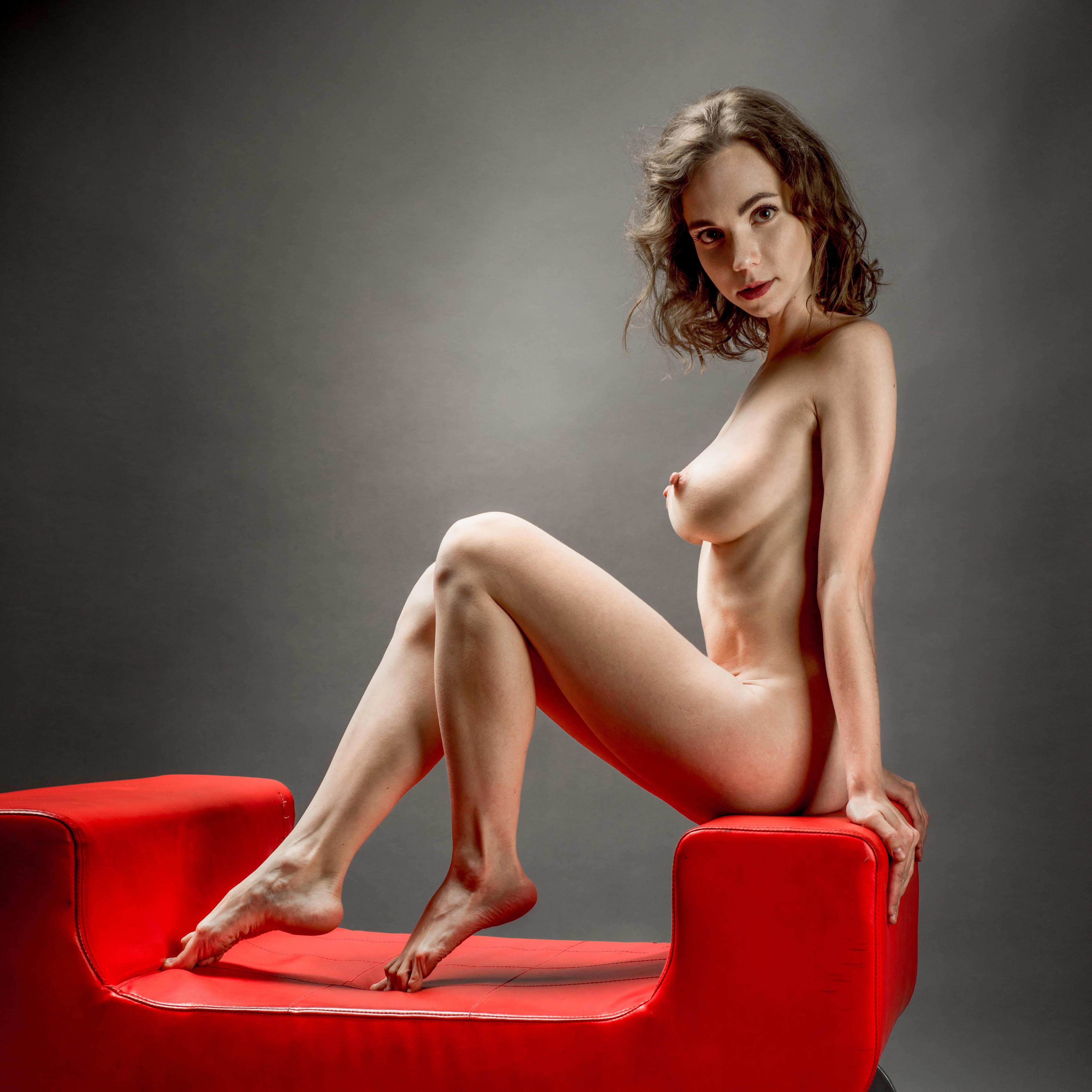 Голая Анна Меньшикова на красном диване / Anna Menshikova nude by Anton Smolsky