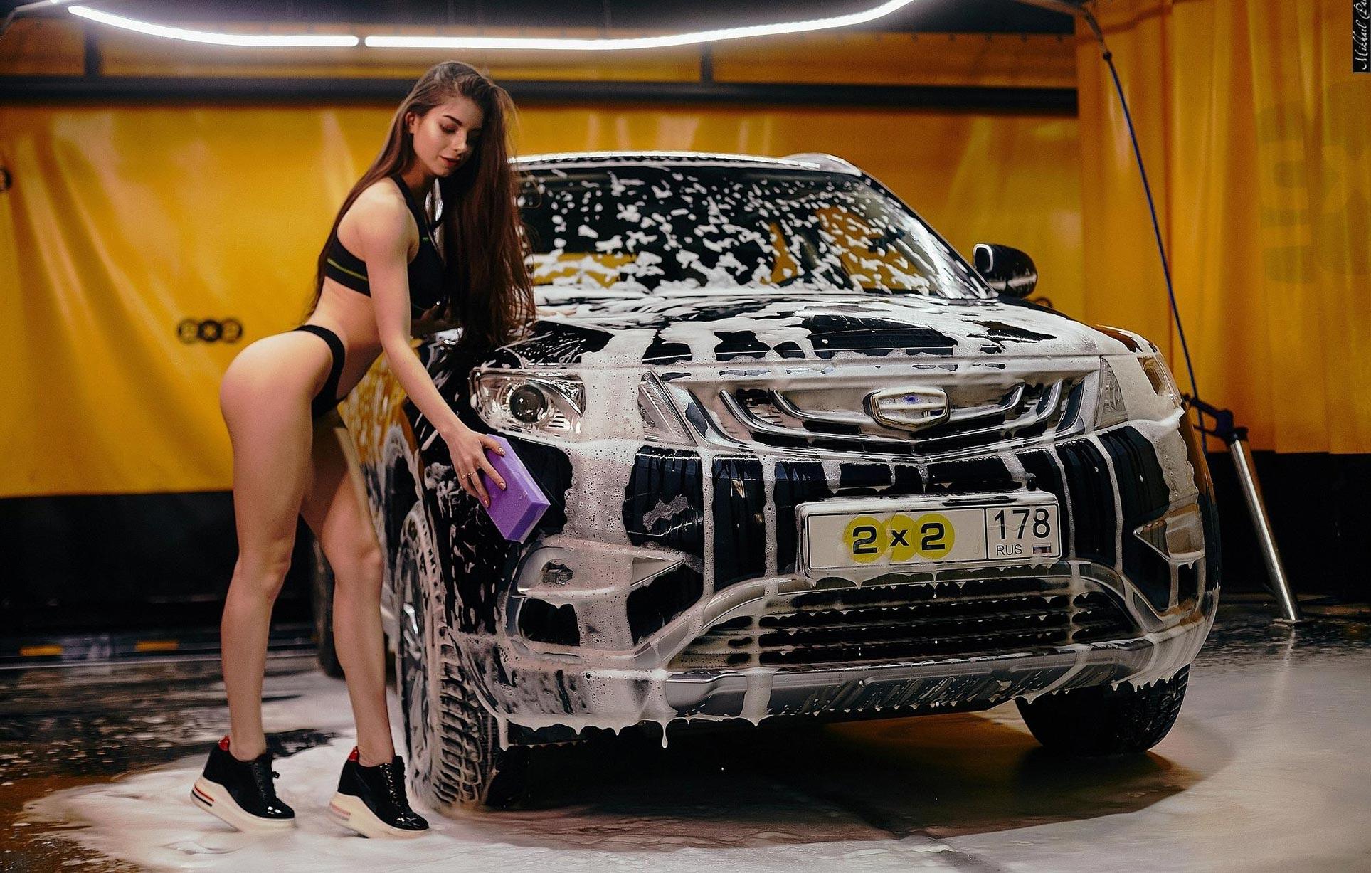 Анна Сазонова в купальнике моет машину / фото 01