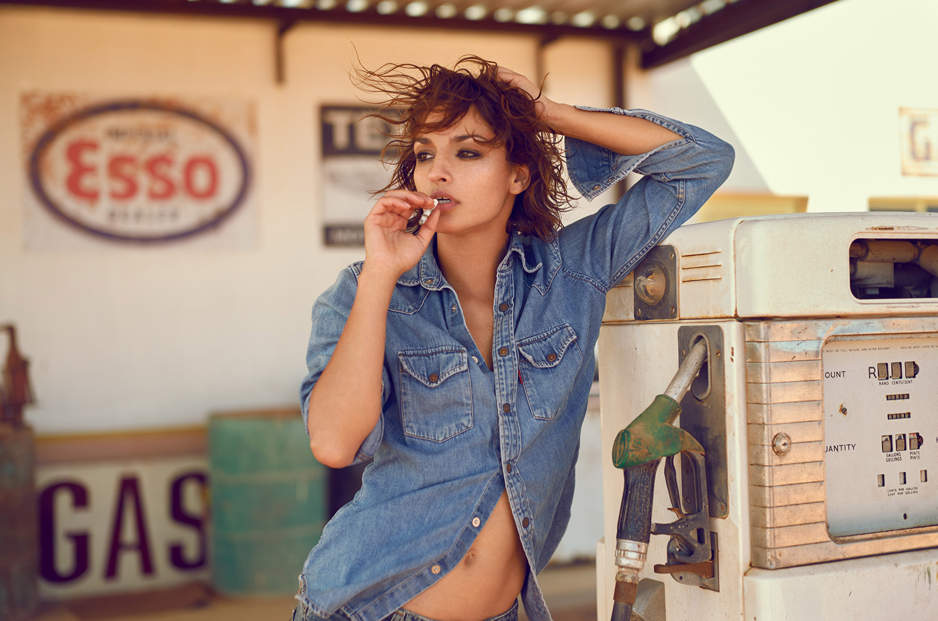 курящая девушка на автозаправке