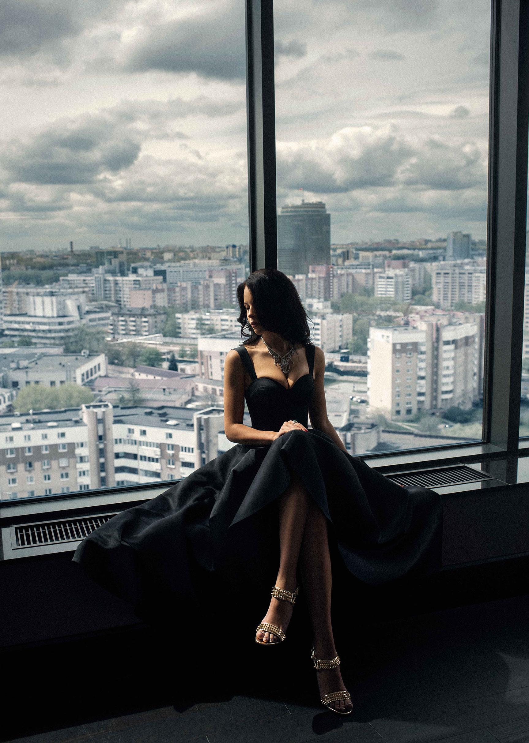 Вид на новостройки и Кристина у окна / фото 09