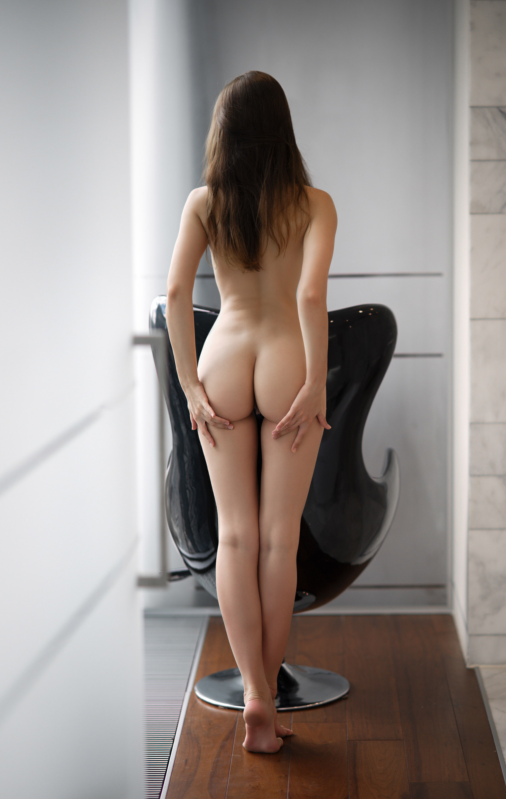 голая Виктория Алико у окна в небоскребе / Viktoriia Aliko nude by Vladimir Nikolaev