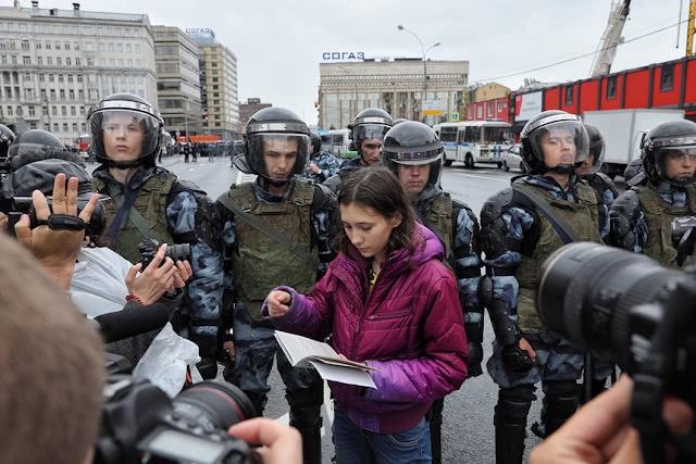 Школьница Ольга Мисик читает омоновцам Конституцию