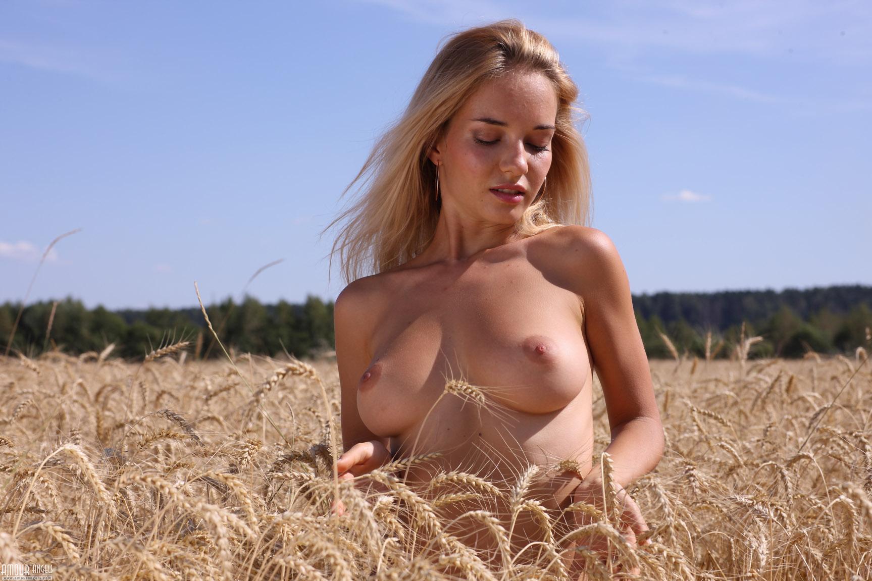 Фото голих сиськатих девок в поле, отпадная ебля в рот