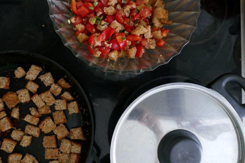 Тизер: слева — гренки для супа, а наверху — тосканский хлебный салат. Тоже могу поделиться рецептом.