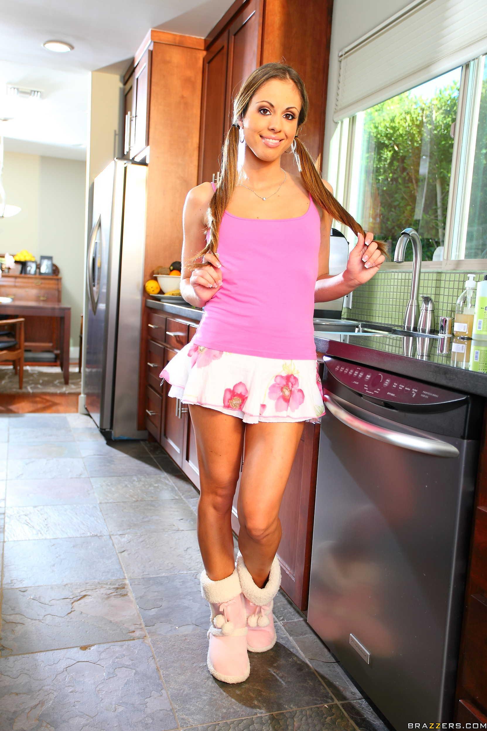 Isabella Sky muestra el culo y la concha en la cocina