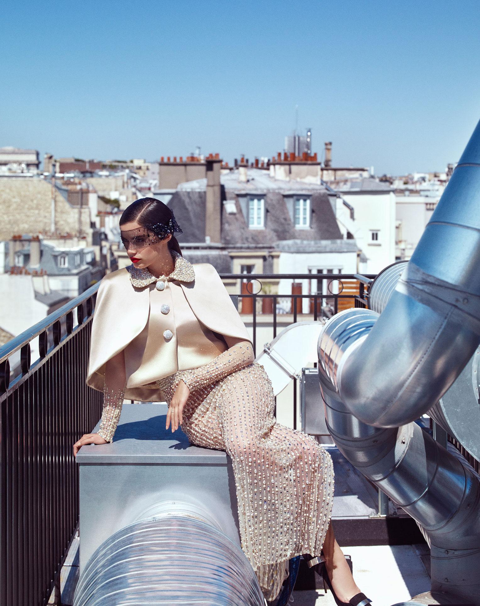 Сара Сампайо демонстрирует модные наряды на улицах и балконах Парижа / фото 03