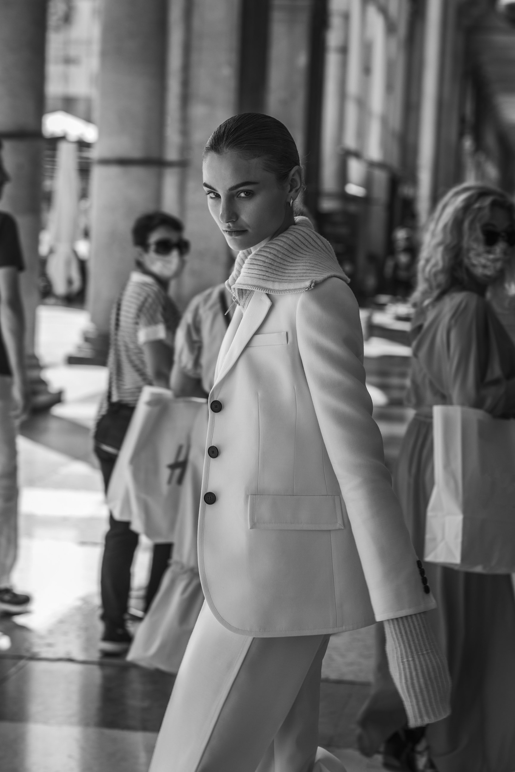 Паула Чиолтян на улицах Милана / фото 02