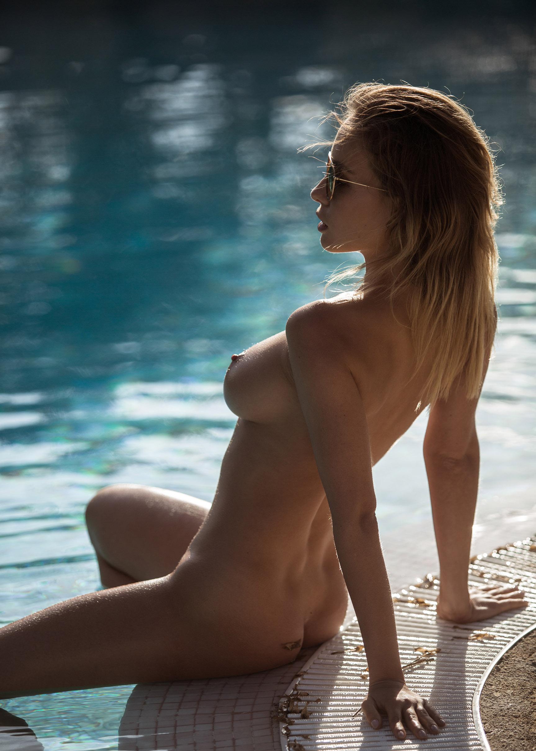 сексуальная обнаженная девушка отдыхает у бассейна / фото 18