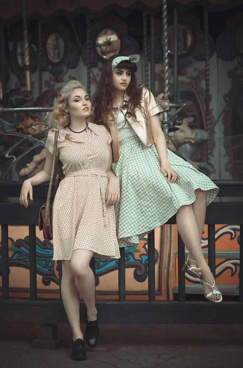 Девушки отдыхают в парке развлечений в стиле 1950-х годов / фото 07