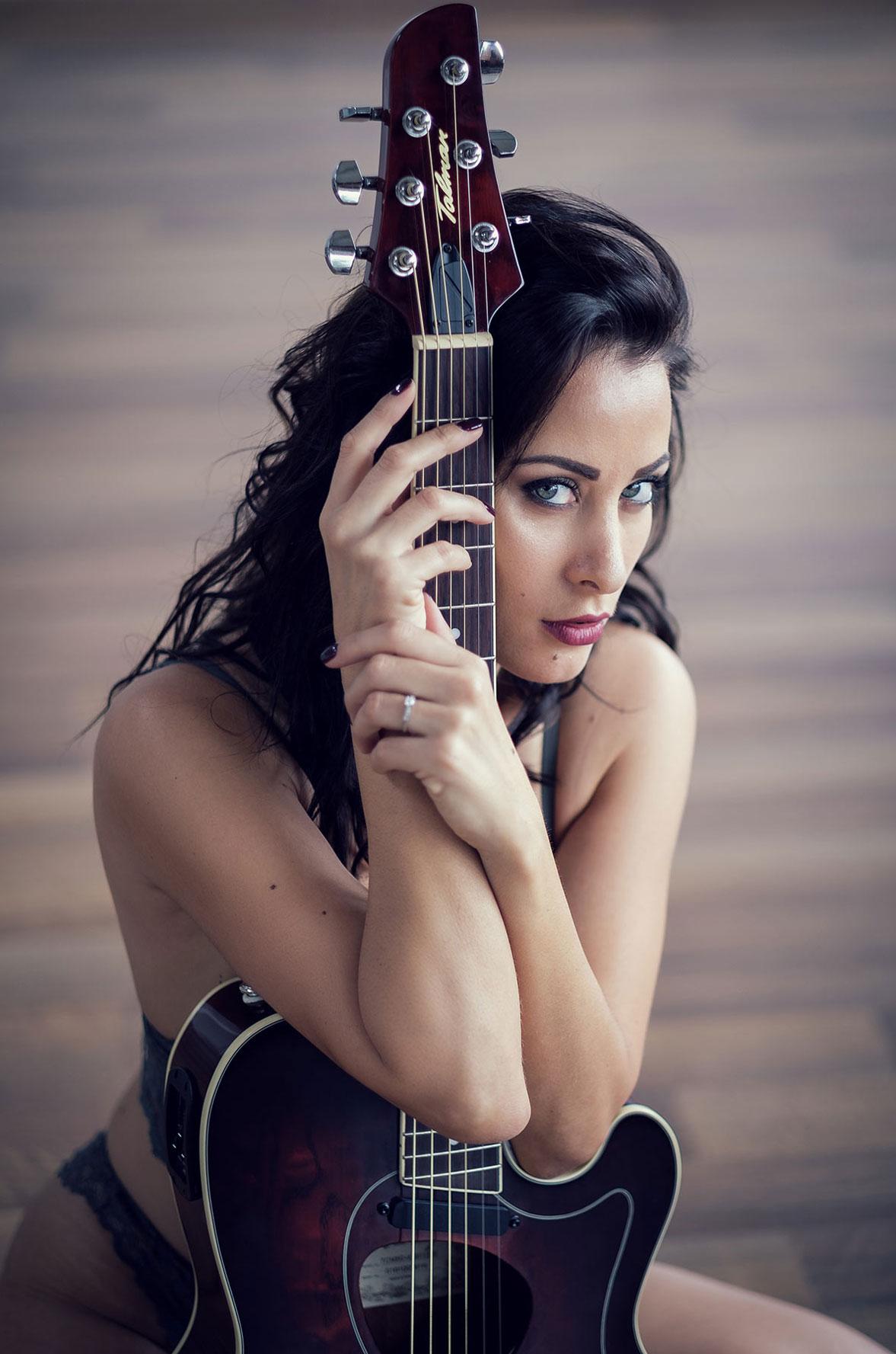 Девушка с гитарой - Селин Руссо / Celine Russo nude by Alexander Glocker