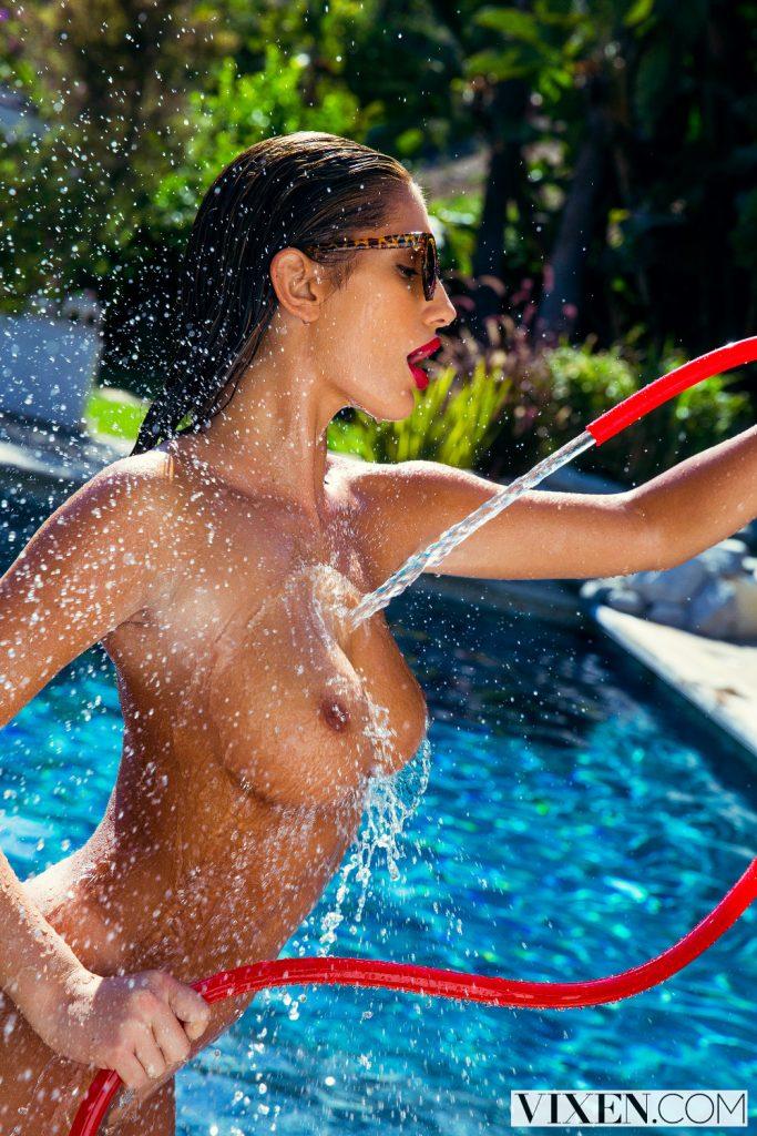 August Ames se moja en un dia muy caluroso