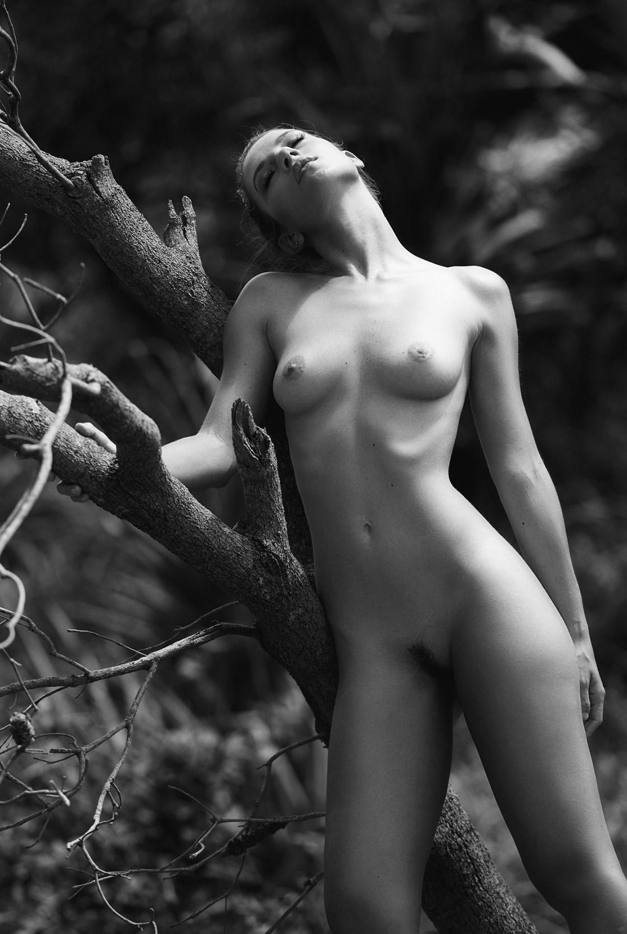 Голая красавица на таинственном острове / On Island Time / Miluniel nude by Dave Blake