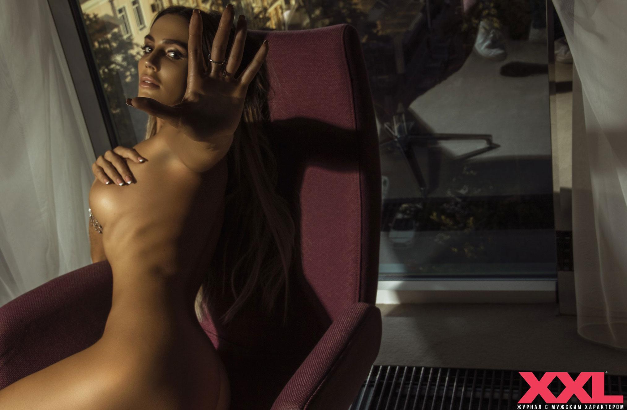 Актриса, модель и телеведущая Эмма Ди голая в мужском журнале XXL / фото 10