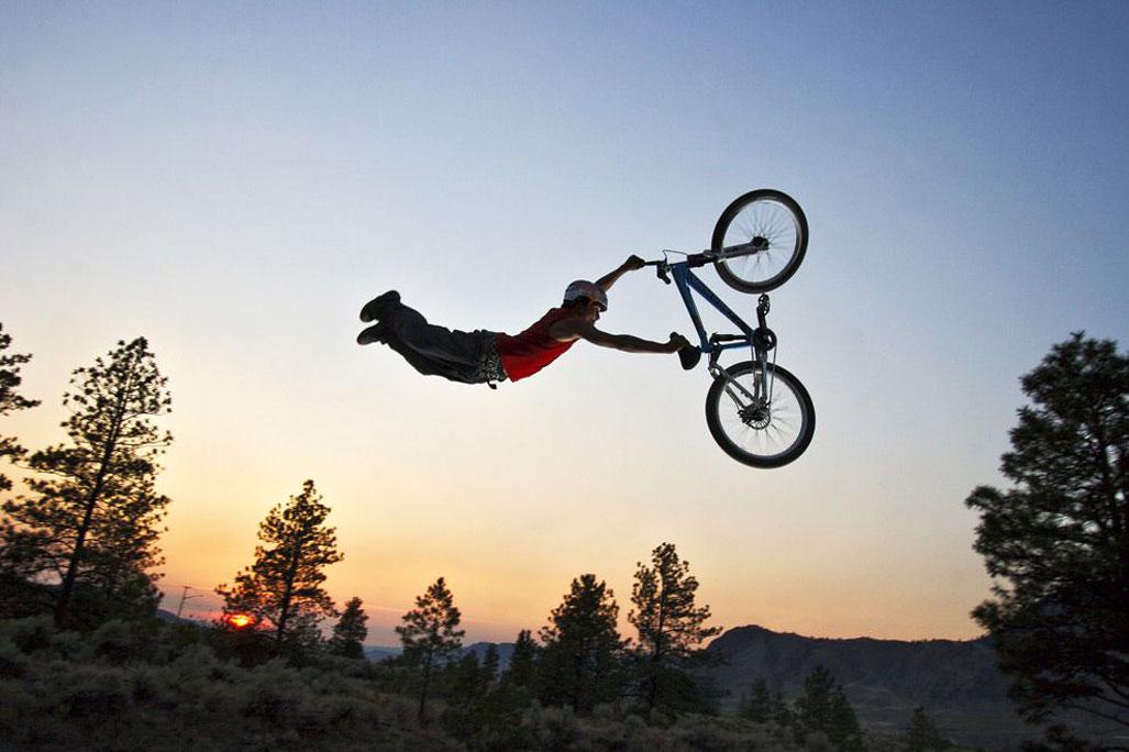 Велосипедист на закате / Red Bull Sunset Bikers 01