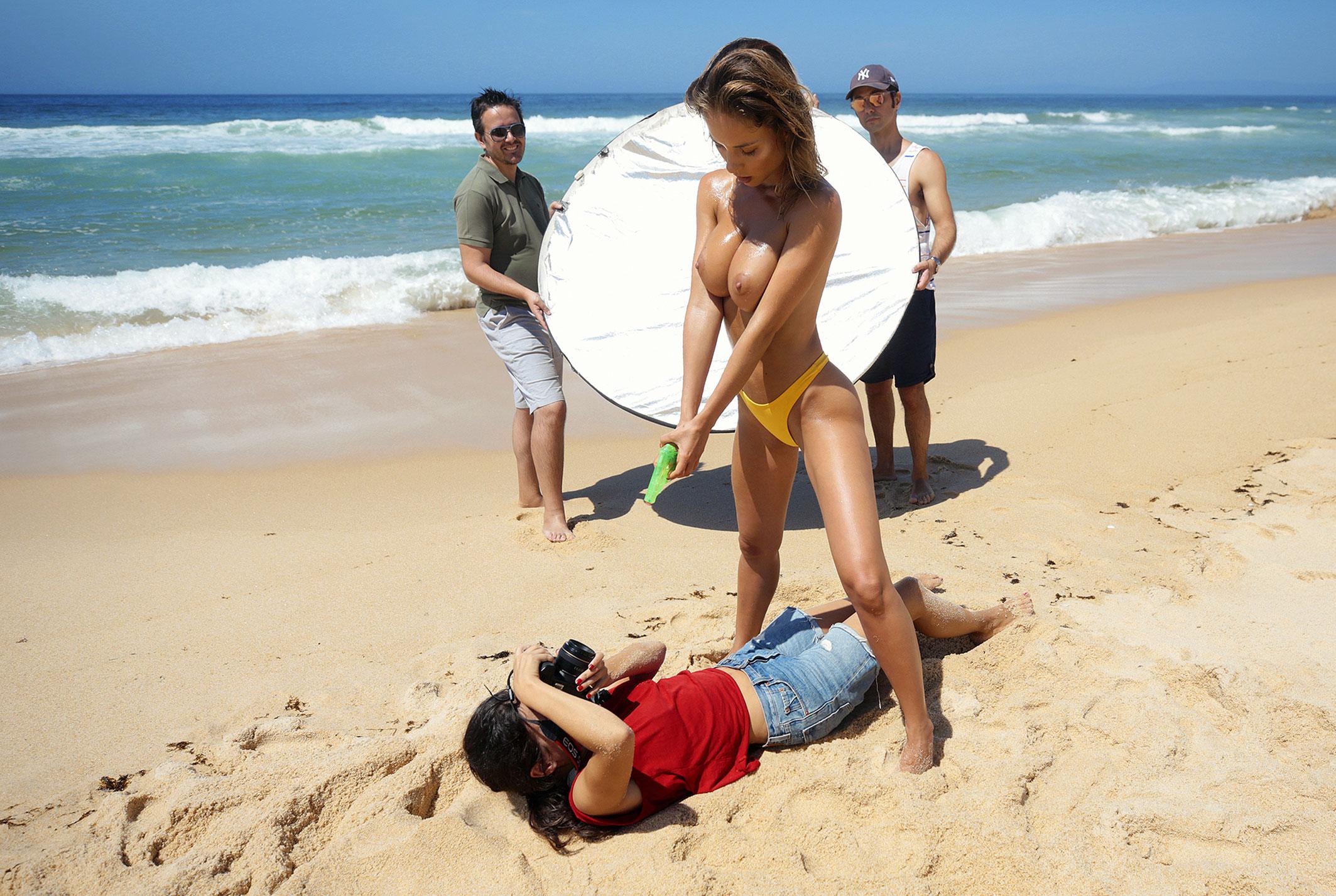 Сексуальная голая Наталья Андреева под жарким солнцем на диком пляже в Португалии / фото 30
