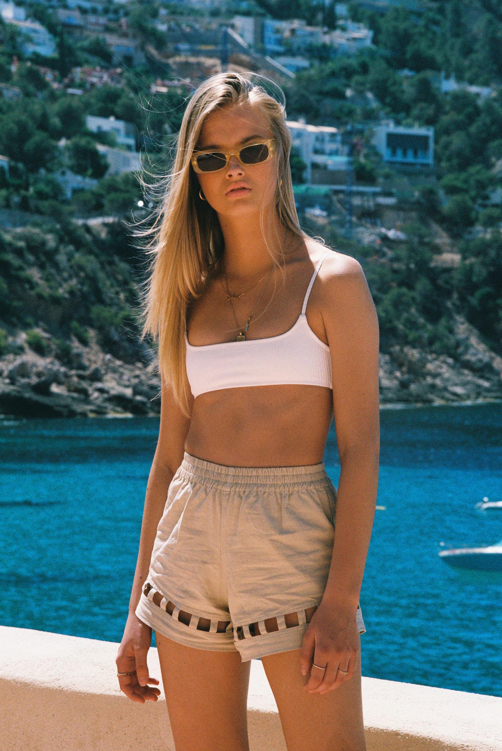 Бритни ван дер Стин в пляжной одежде модного бренда Rada Bryant, весна-лето 2020 / фото 16