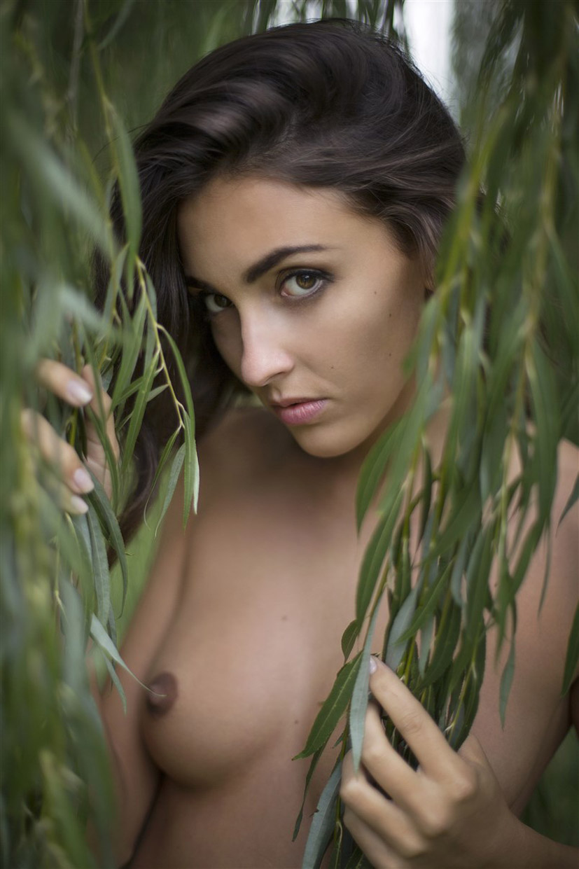 Erika Albonetti nude by Victor Deleo / Between the Leaves