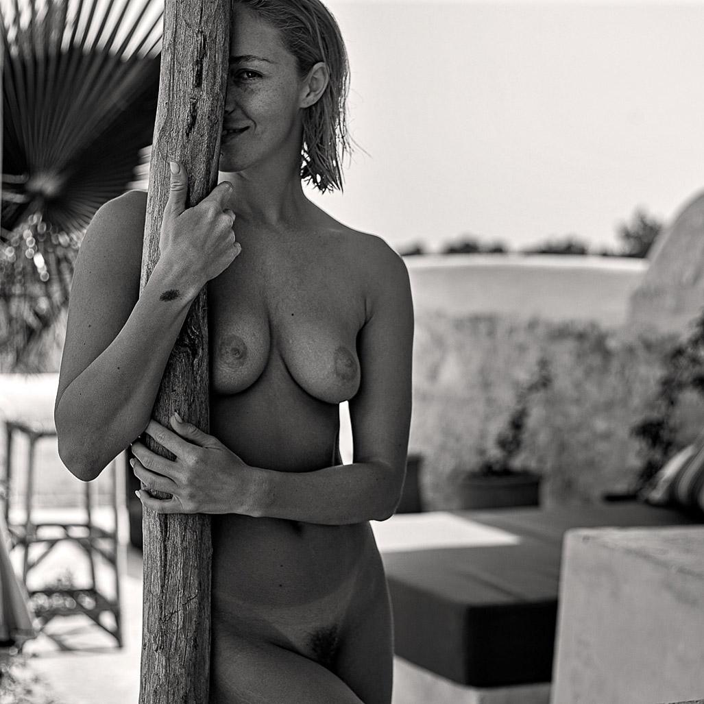 голая Виктория отдыхает у бассейна / фото 07