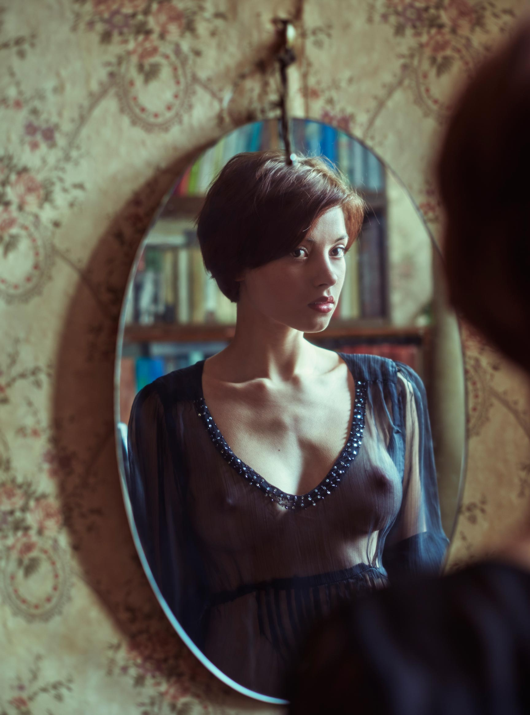 Сексуальная фотомодель Sophie la Sage в интерьерах старой советской квартиры / фото 07