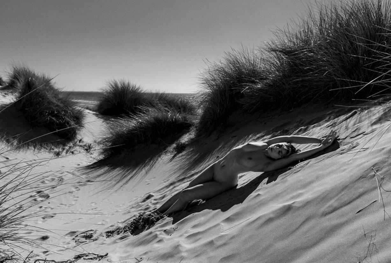 Голая девушка в одиночестве на пляже / фото 04