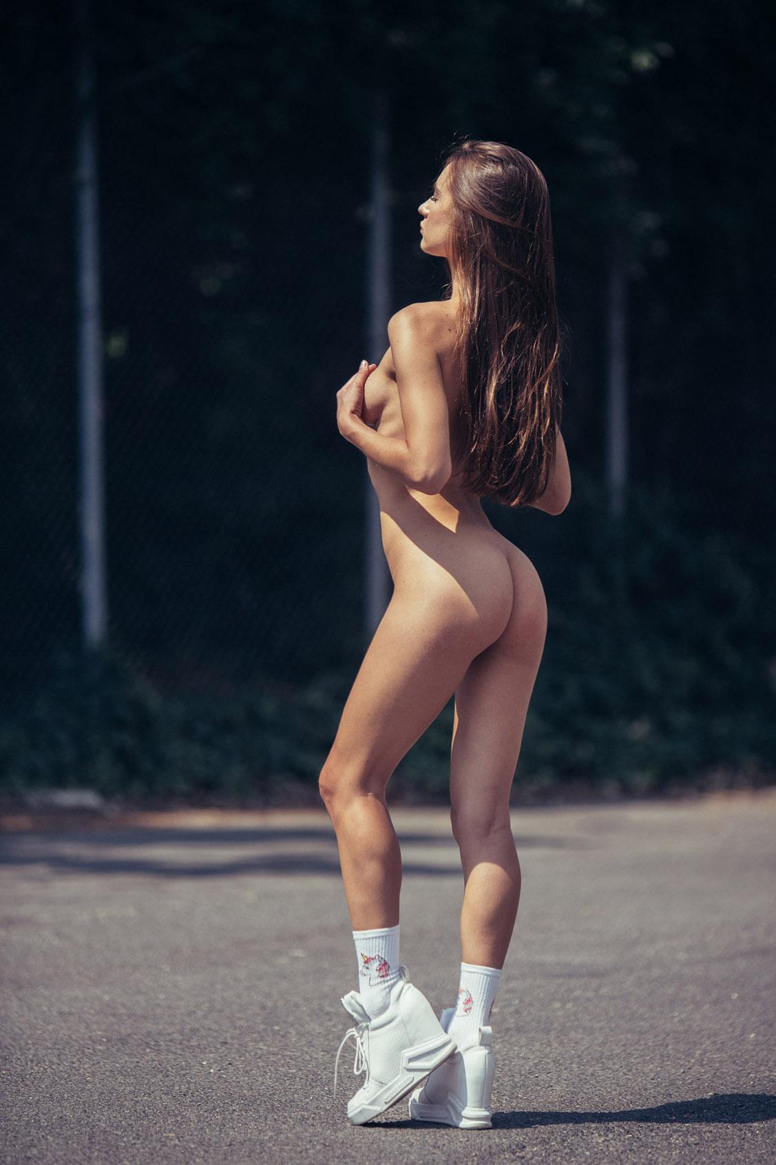 голая девушка гуляет по городу / фото 10