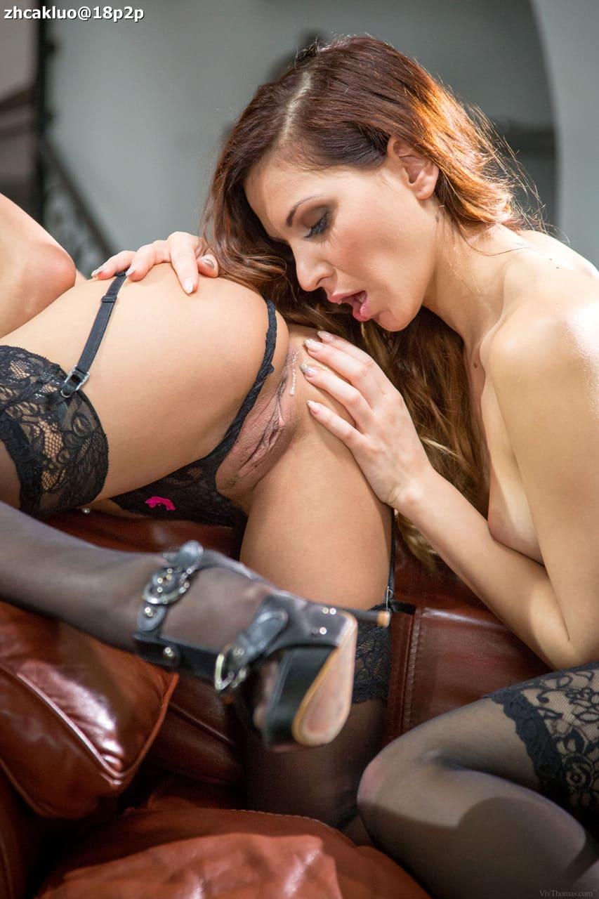 Dos lesbianas en lencería sexy se chupan el coño