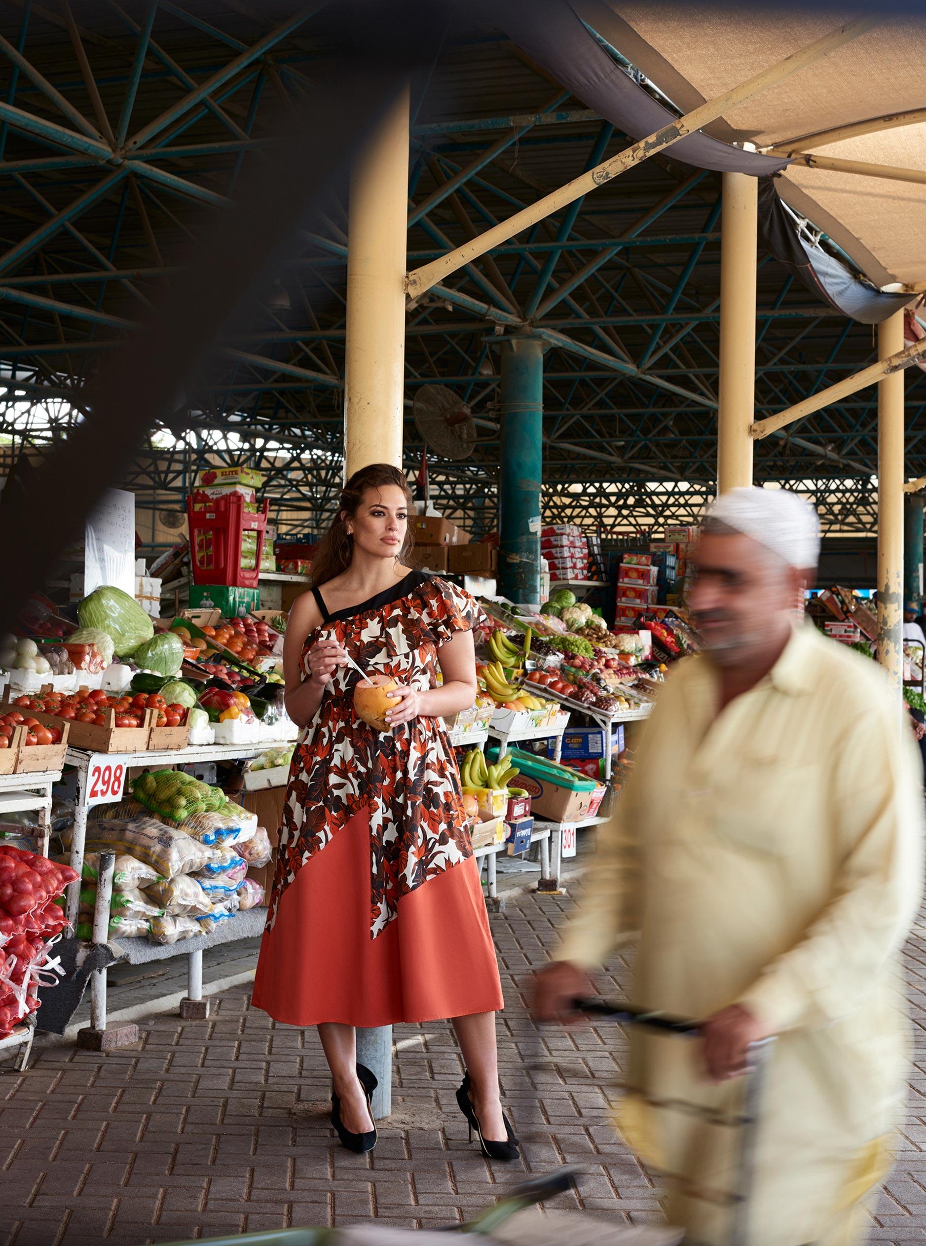 Эшли Грэм гуляет по старому городу в Дубае / фото 03