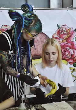Ведущая мастер-класса тату
