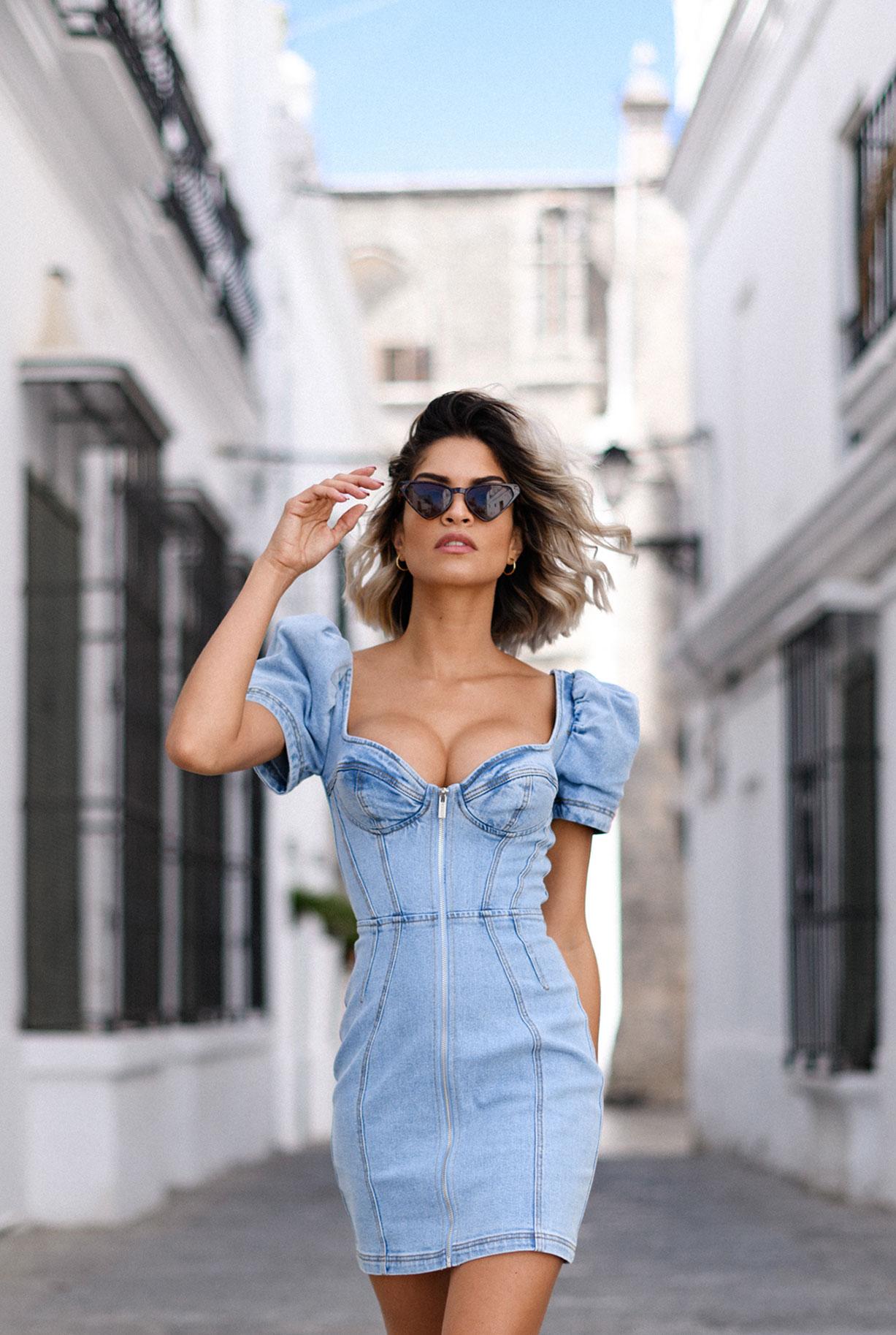 Алессандра Сирони гуляет по старому испанскому городу / фото 07