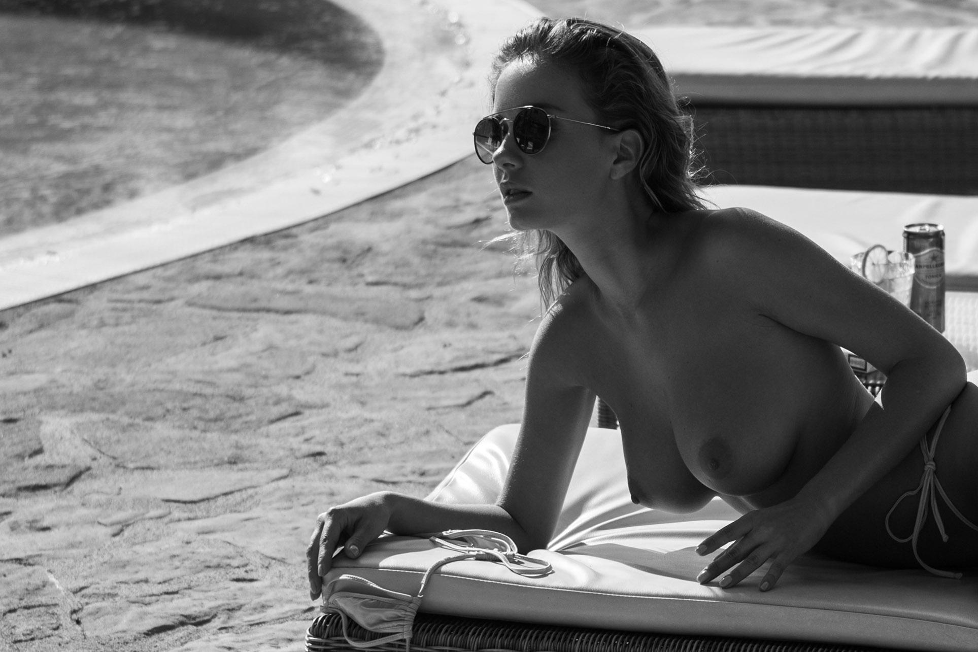 сексуальная обнаженная девушка отдыхает у бассейна / фото 03