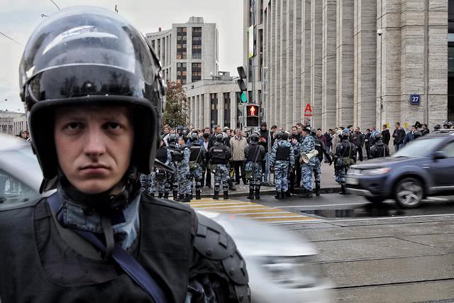 Сотрудник полиции в оцеплении на Проспекте Сахарова