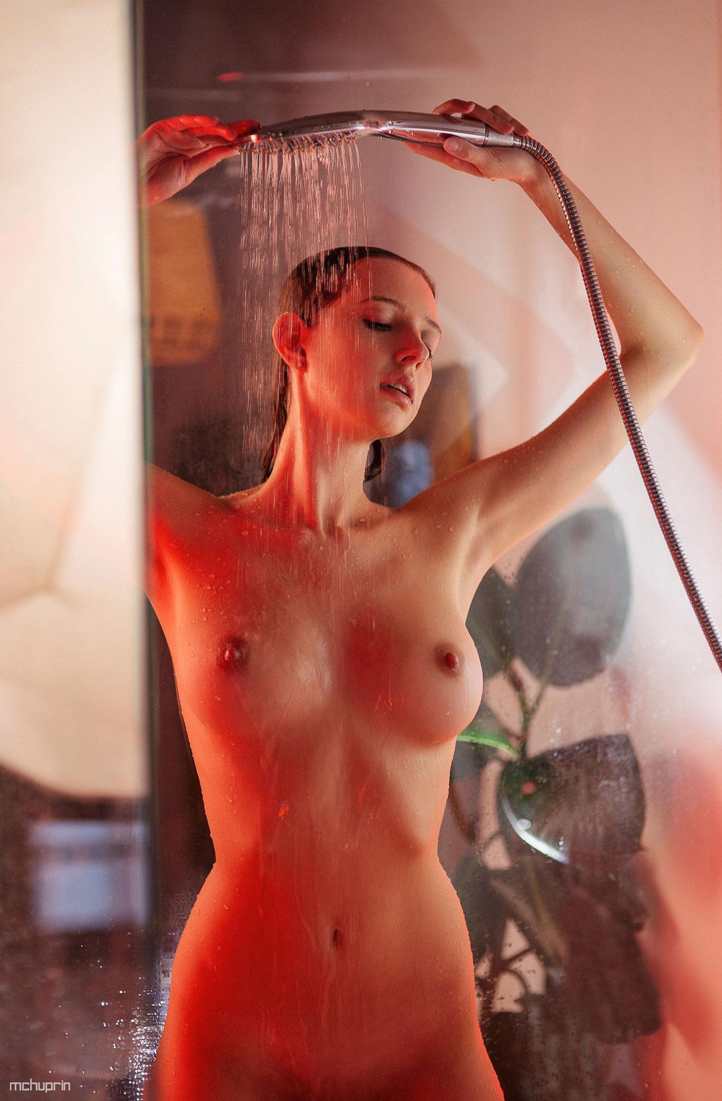 Катерина Райх принимает душ, под светом красных ламп / фото 12