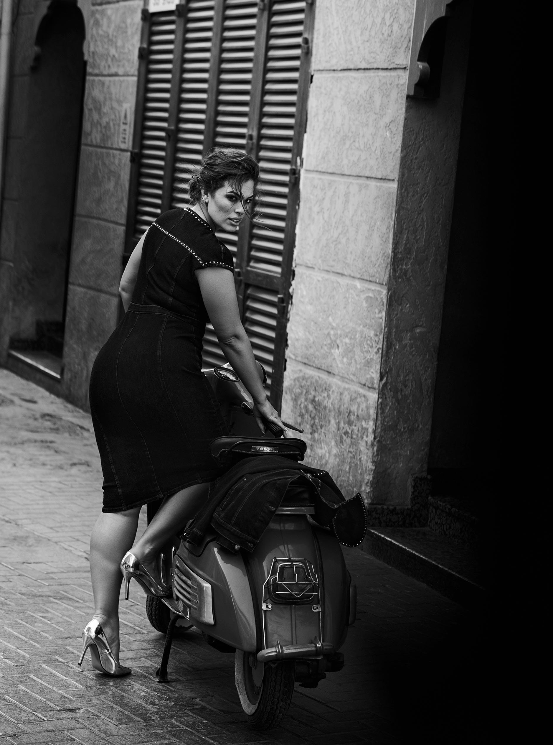 Эшли Грэм гуляет по старому городу в Дубае / фото 09
