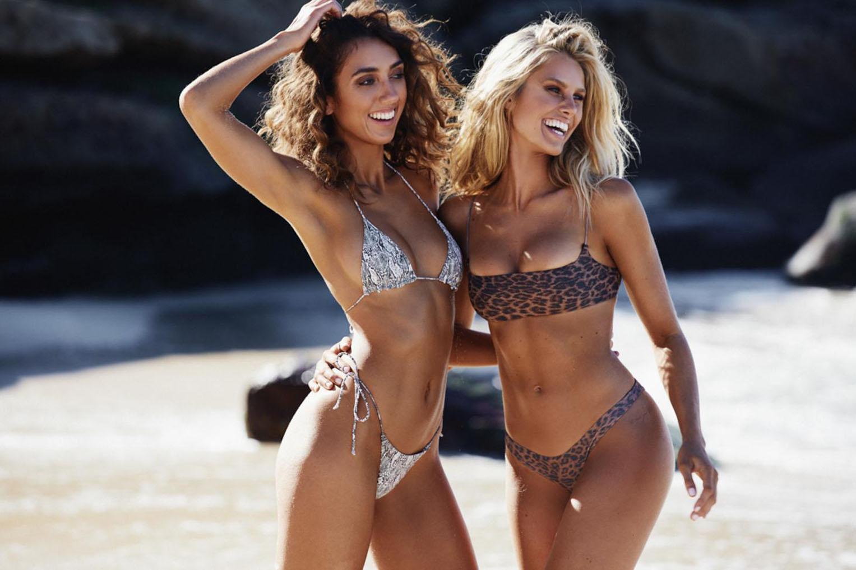 Девушки в купальниках на пляже / фото 07