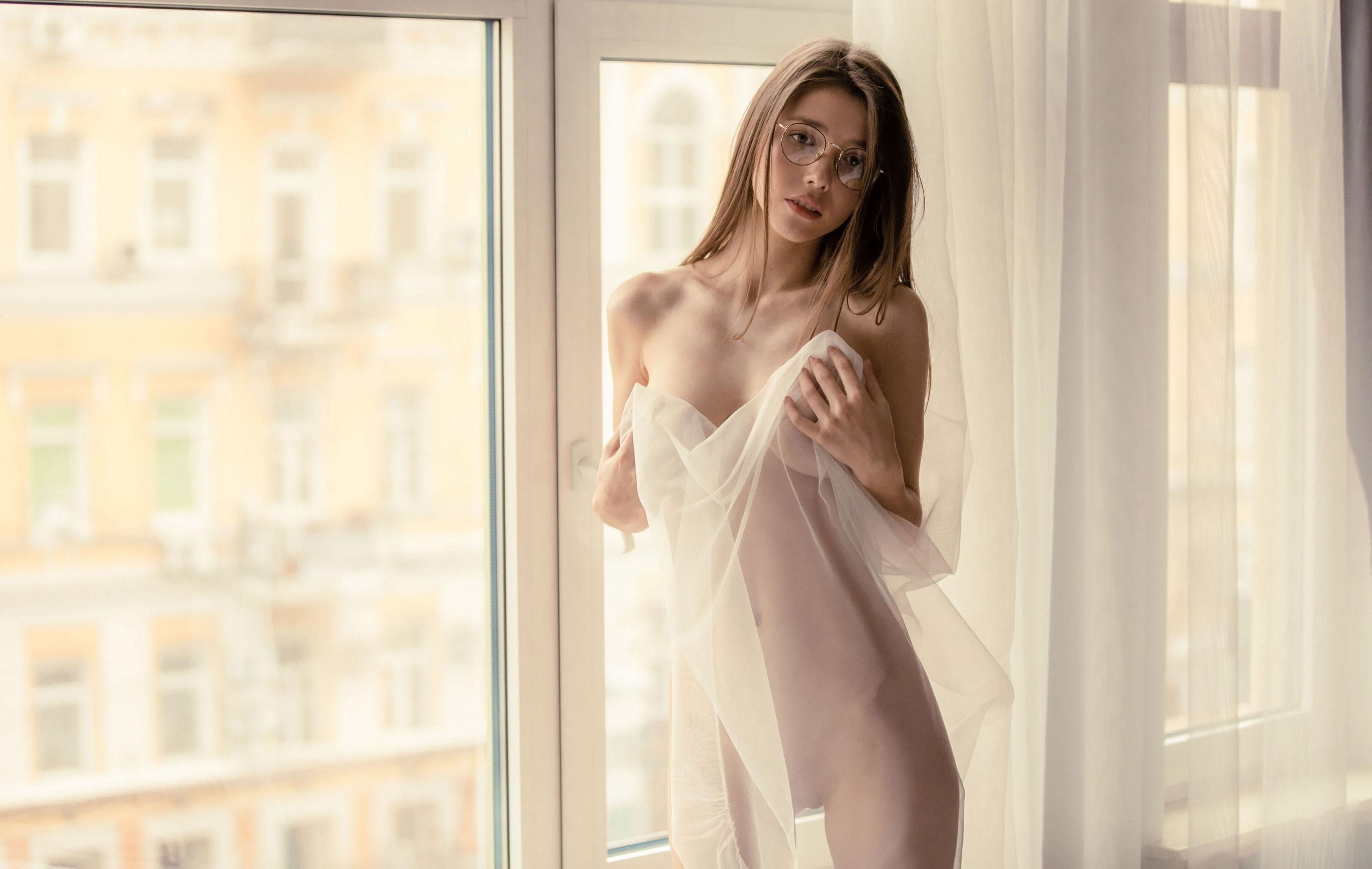 голая Мила Азул у окна своей квартиры / фото 01