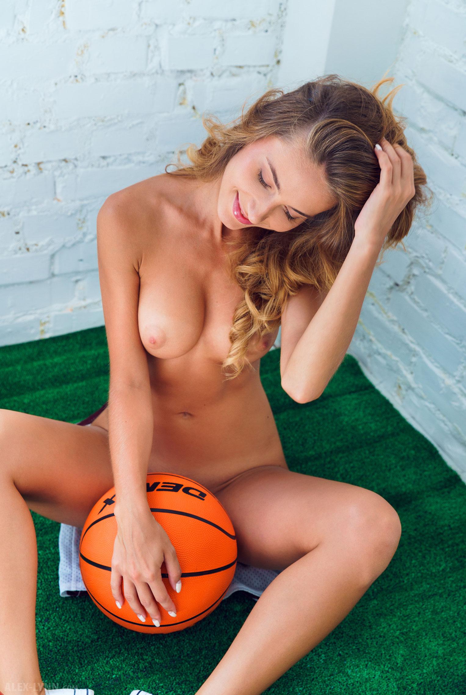 Играем в баскетбол красиво / голая Наталья Войнар с баскетбольным мячом / фото 15