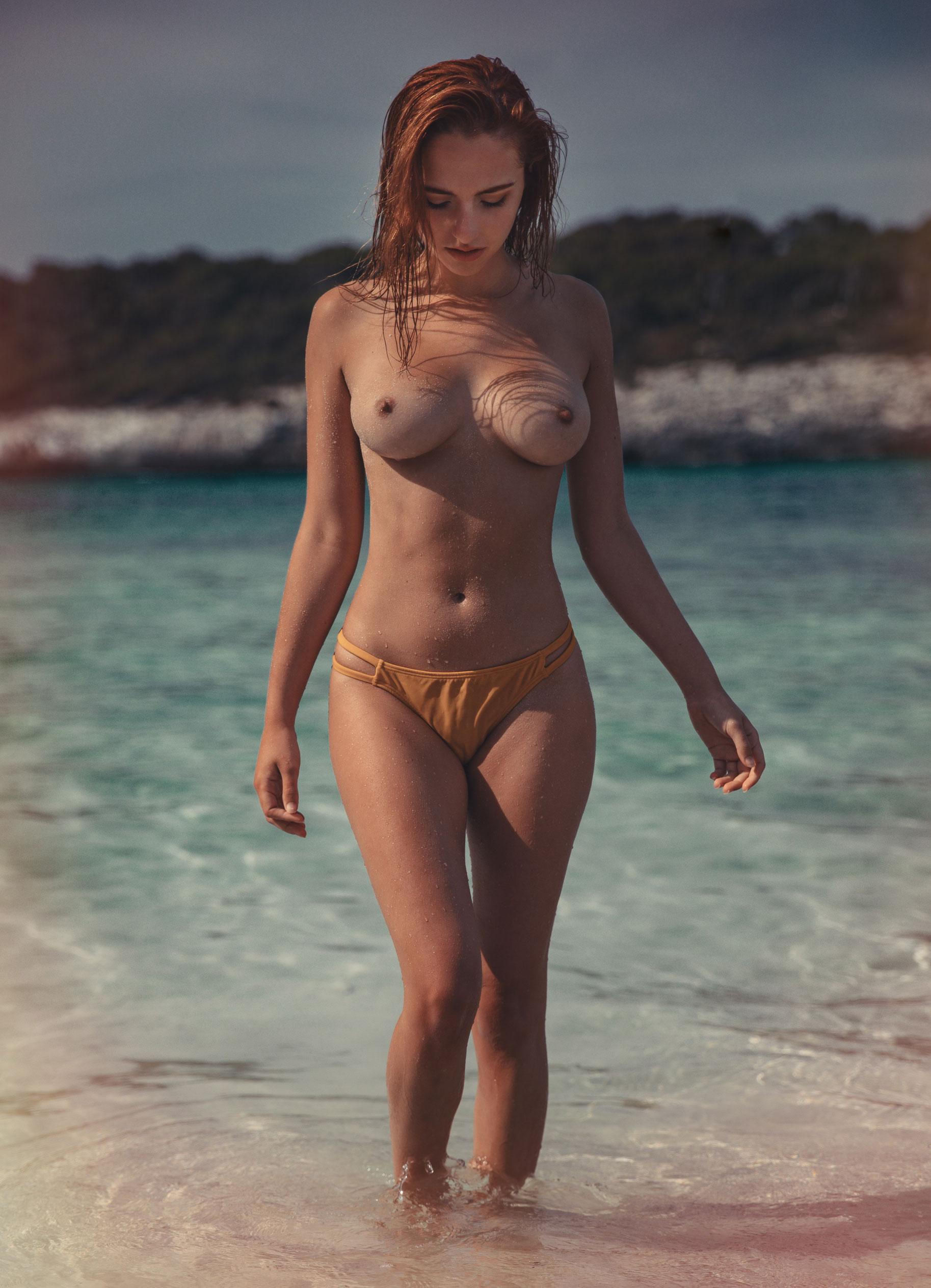 голая София на пляже / фото 05