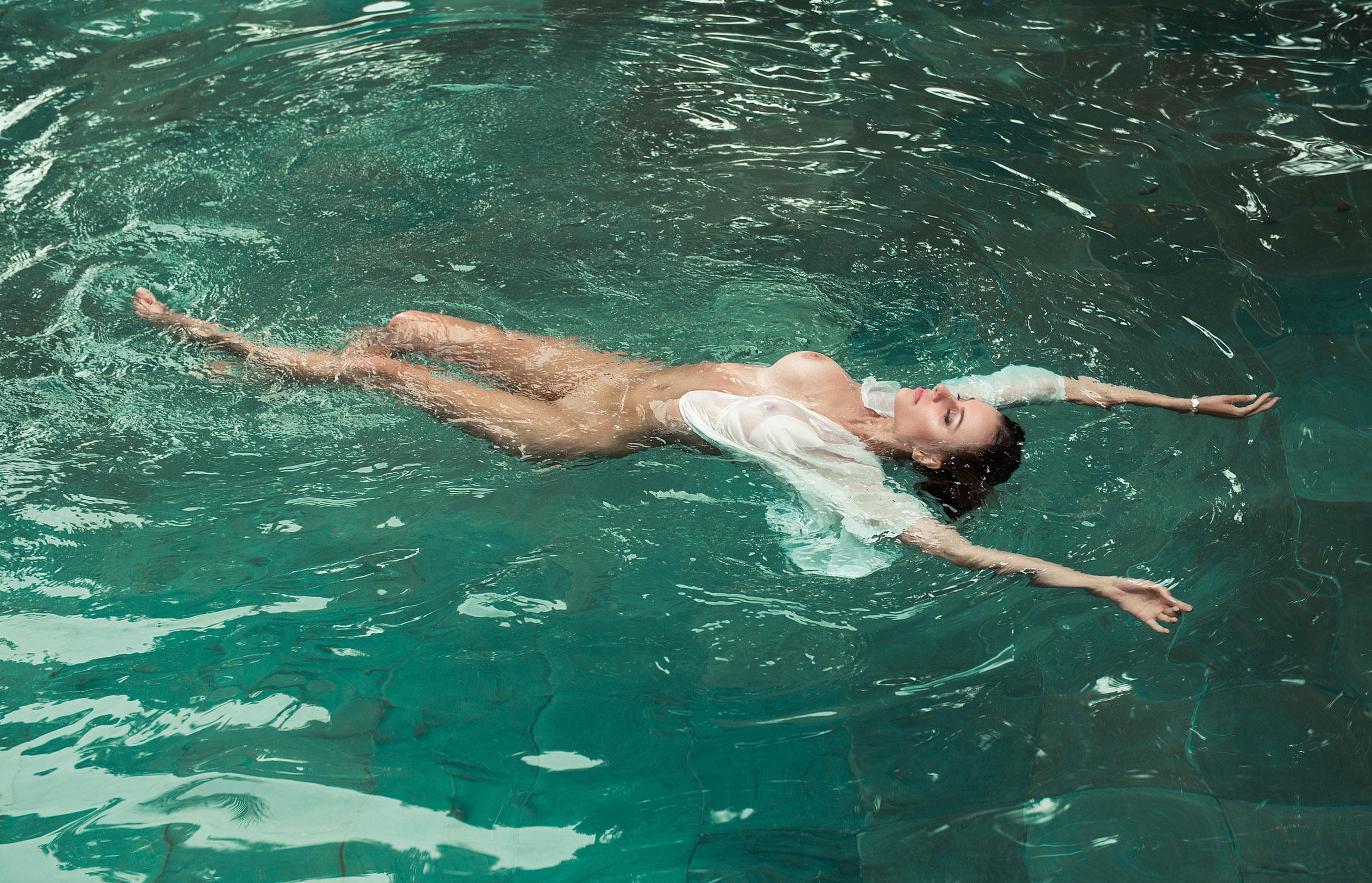 голая Ольга де Мар в бассейне / фото 11