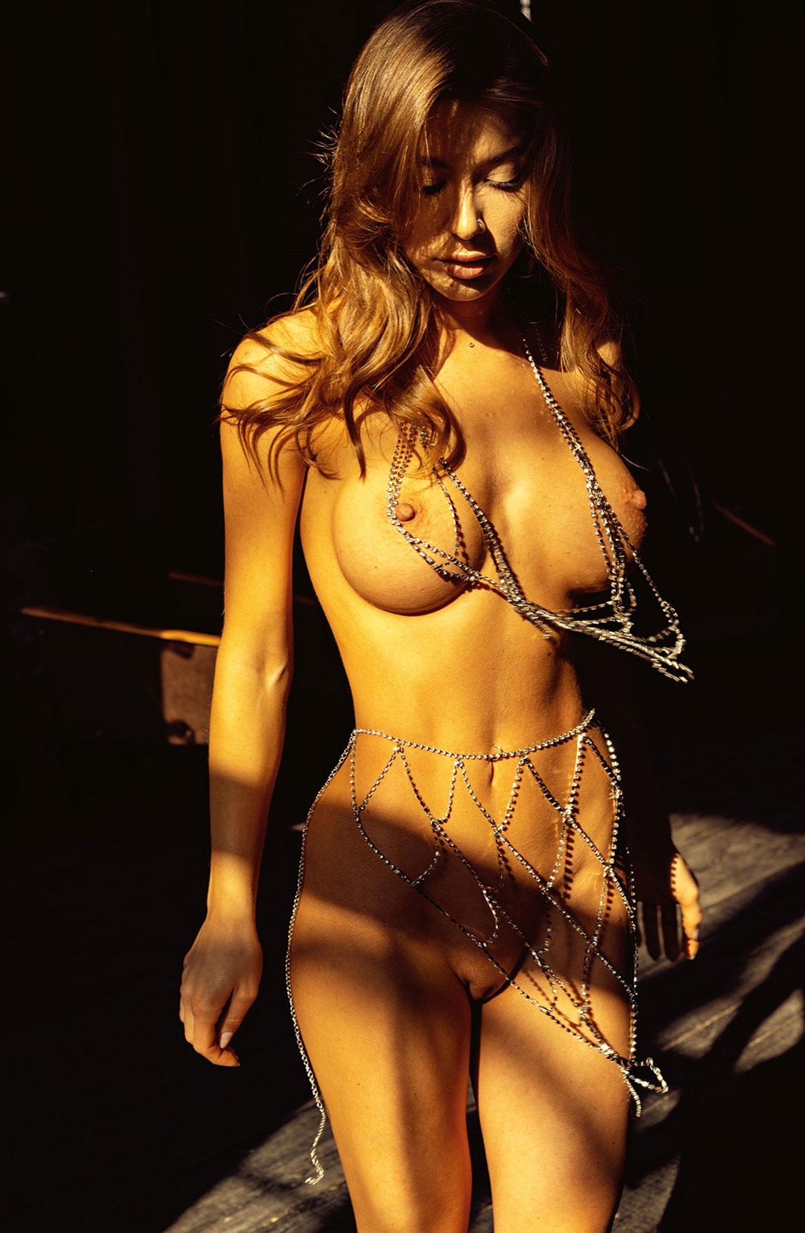 Сексуальная голая девушка в драгоценных цепях / фото 11