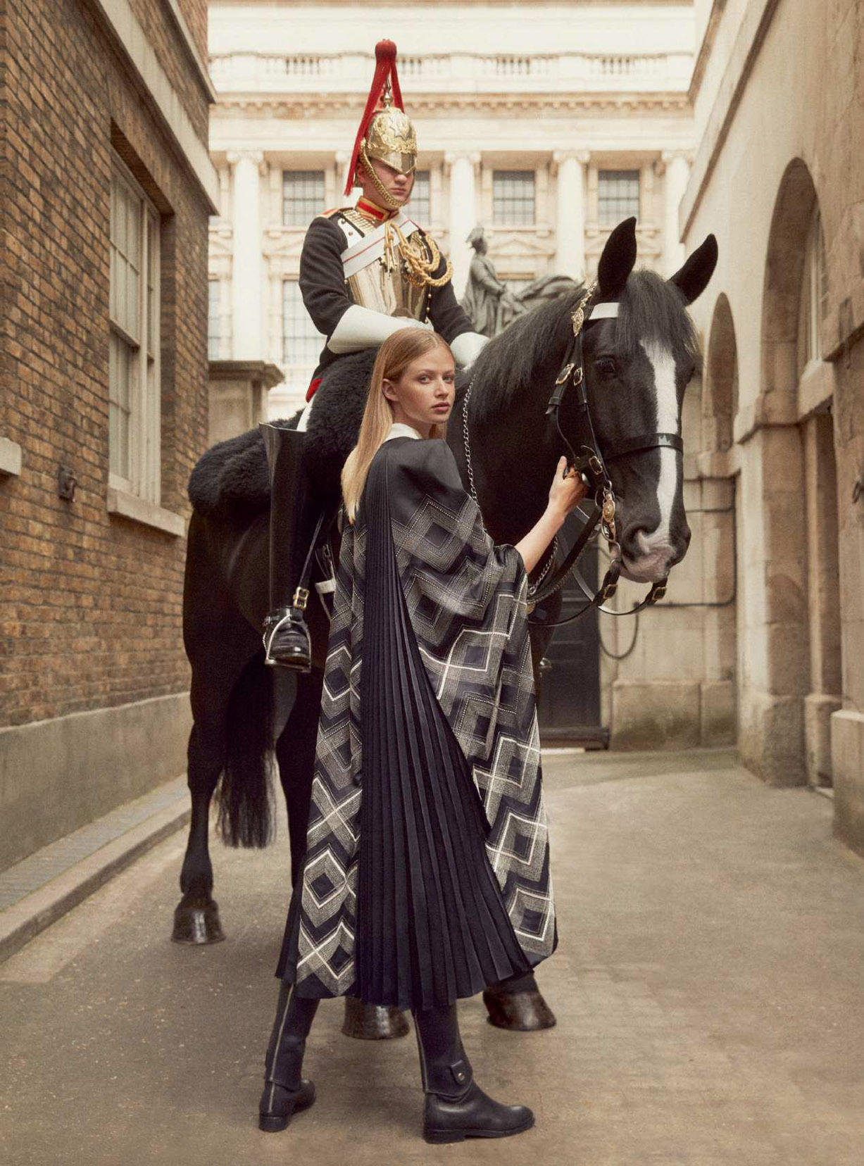 Королевская инспекция караула / For Queen and Country - Anna Lund by Richard Phibbs / Harpers Bazaar UK september 2018