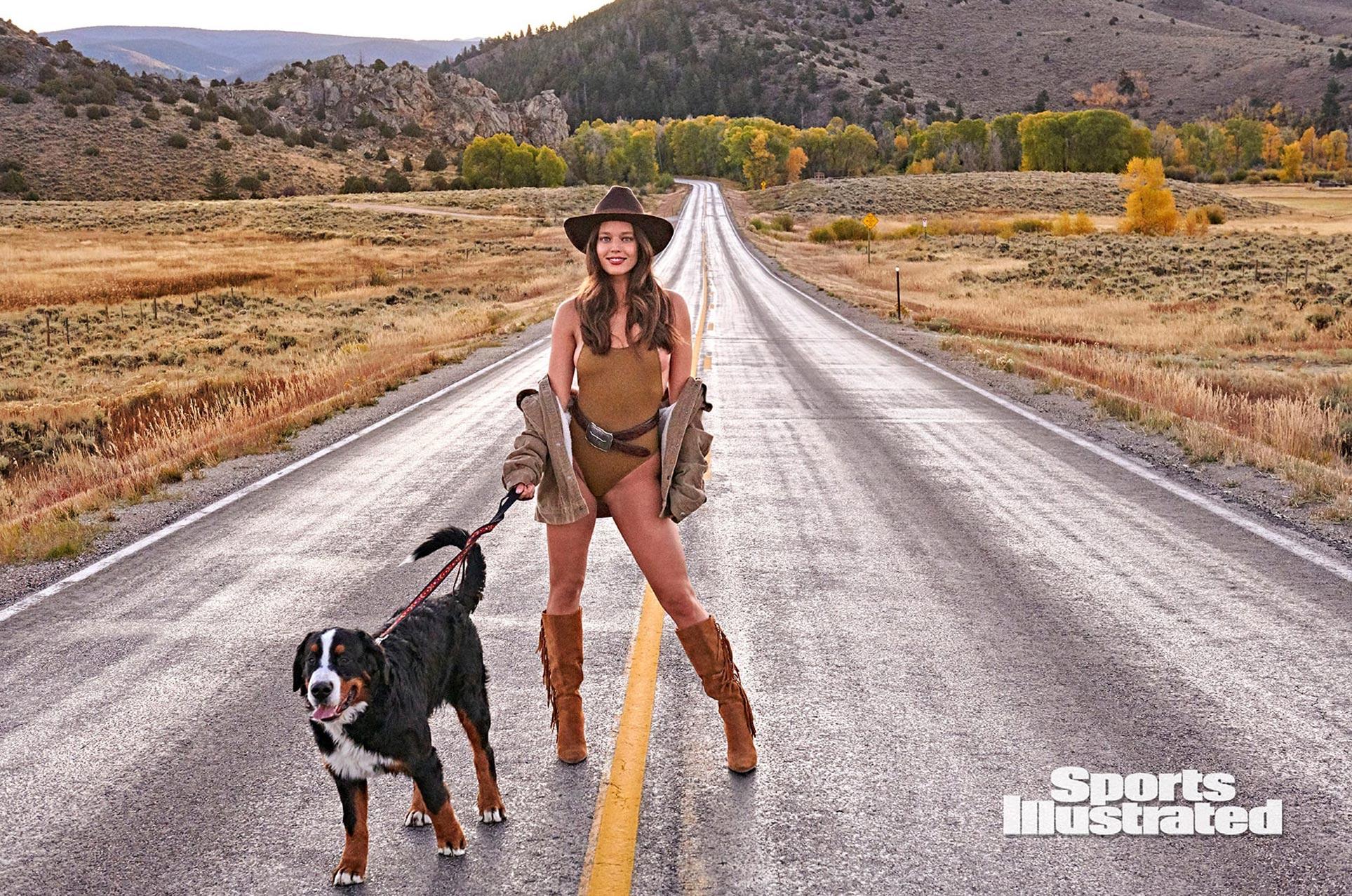 Эмили ДиДонато в каталоге купальников Sports Illustrated Swimsuit 2020 / фото 11